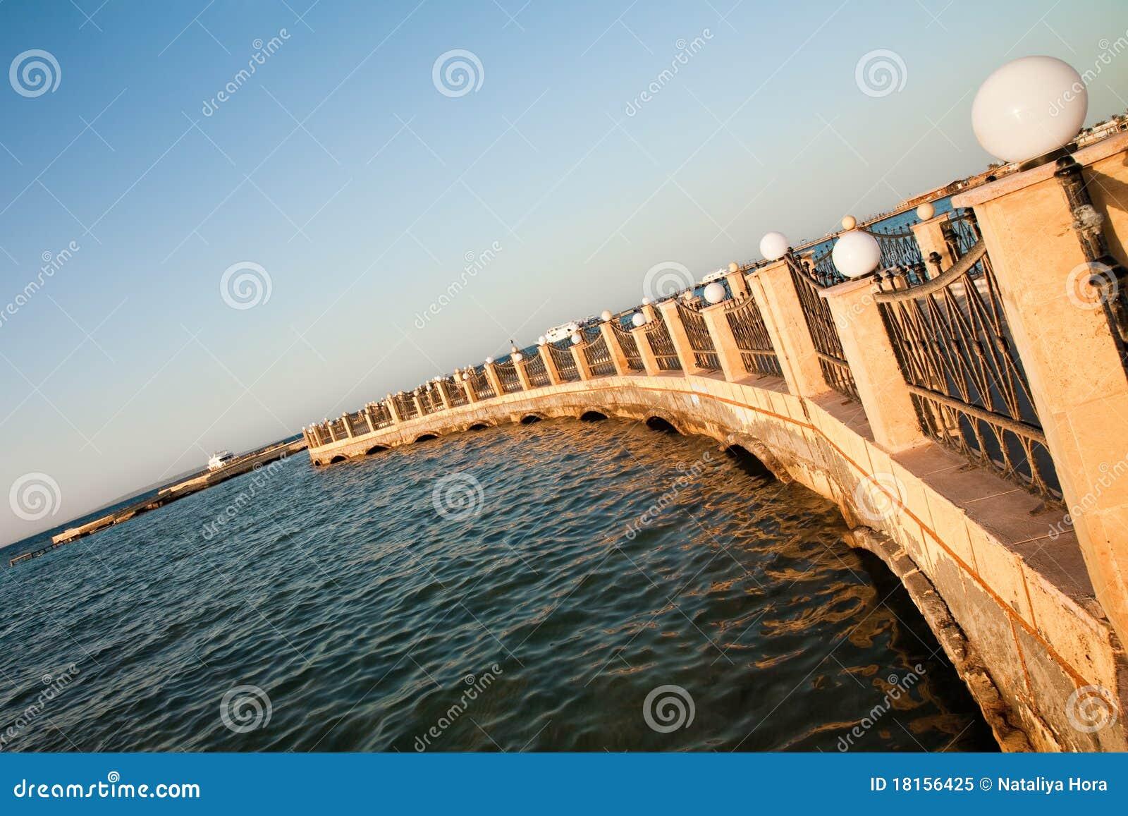 Embarcadero de piedra en el Mar Rojo