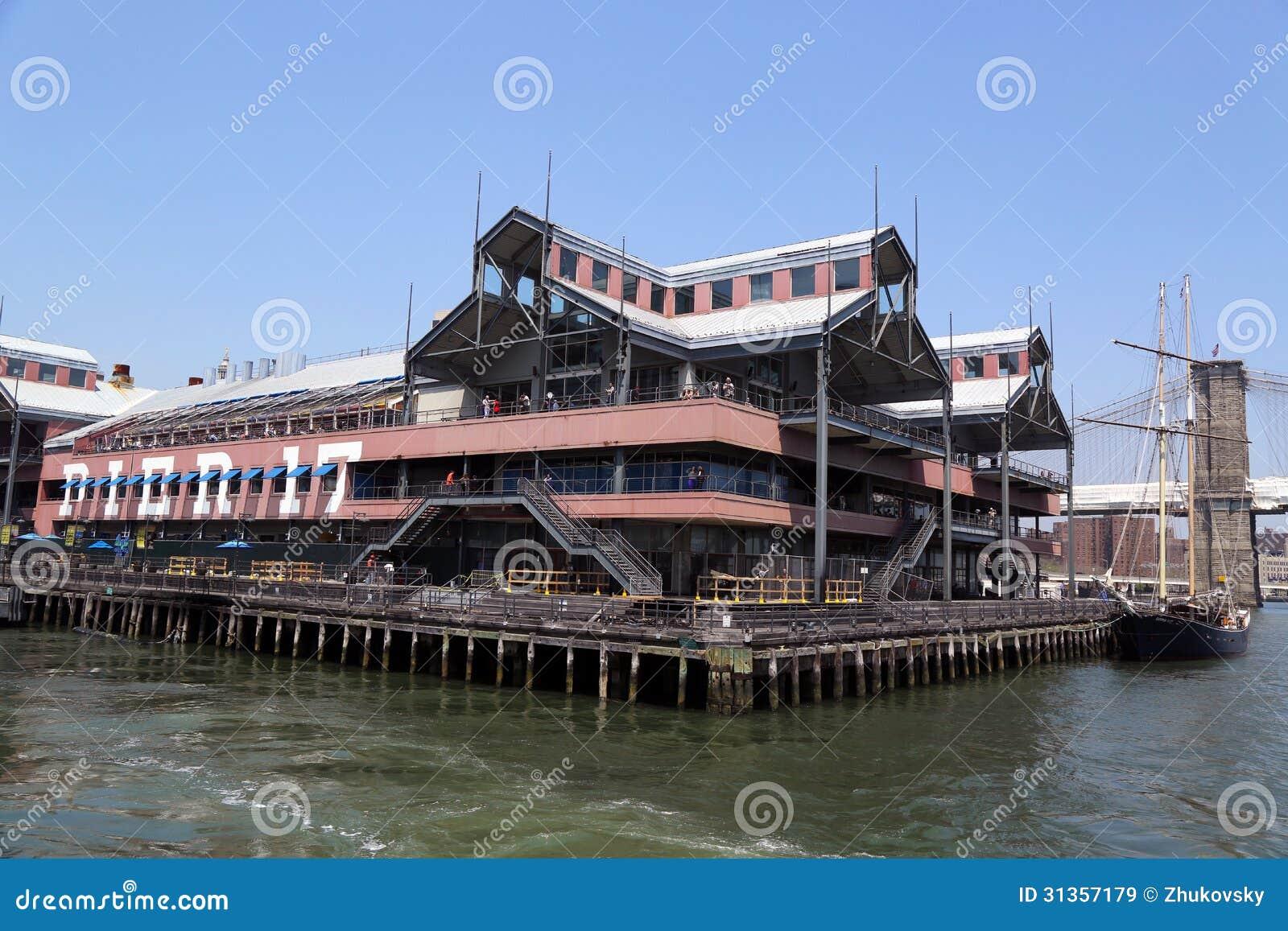 Embarcadero 17 en el puerto del sur de la calle en Lower Manhattan