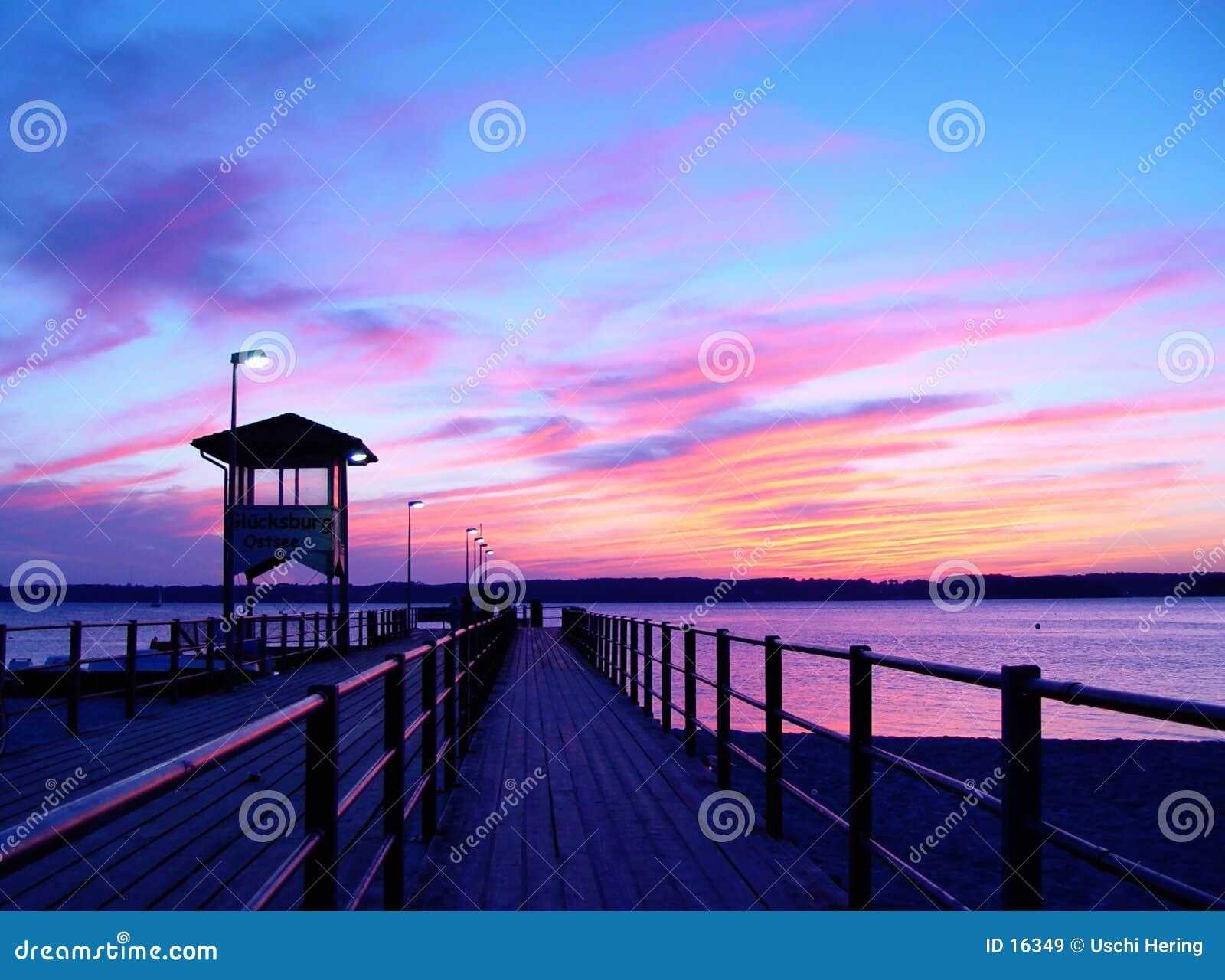 Embarcadero en puesta del sol
