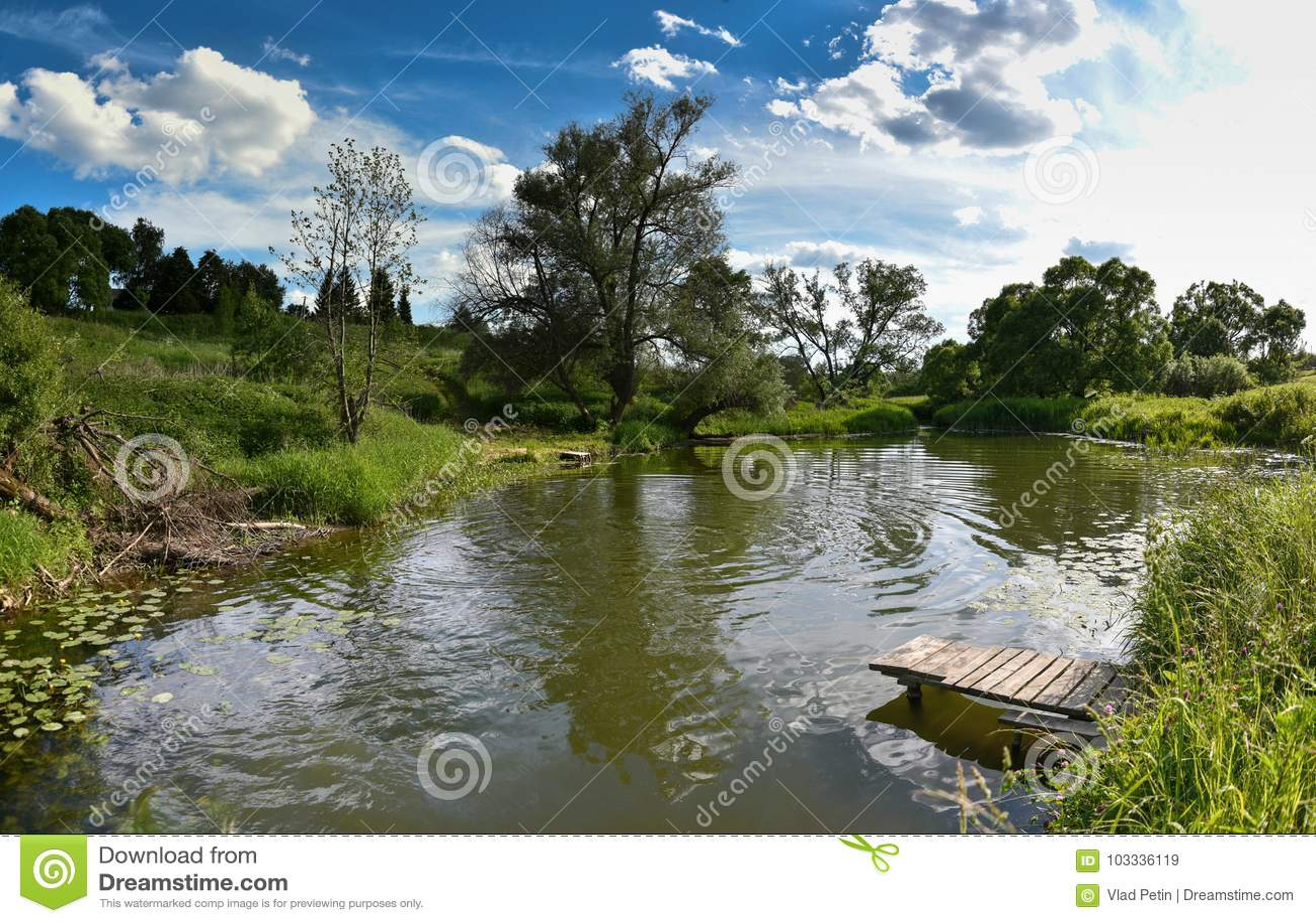 Embarcadero en un río tranquilo en el verano Puente de madera del embarcadero por la mañana Lugar para pescar en el río