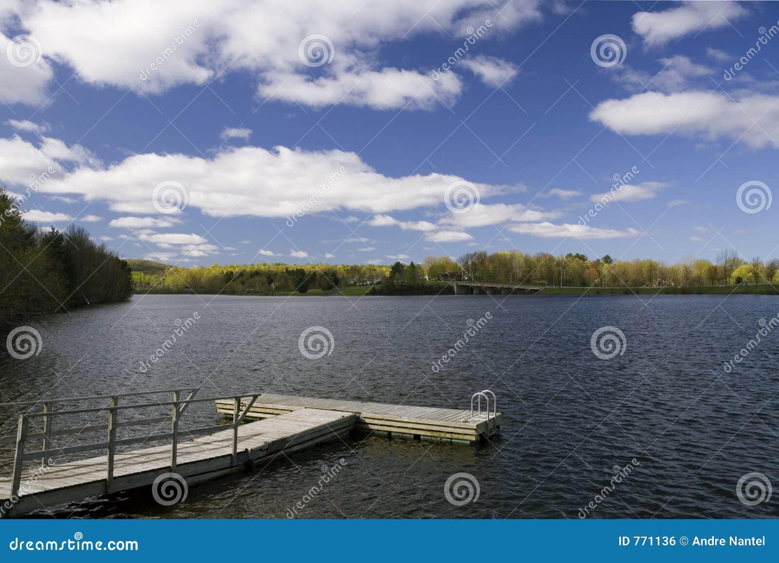 Embarcadero T-shaped en el lago