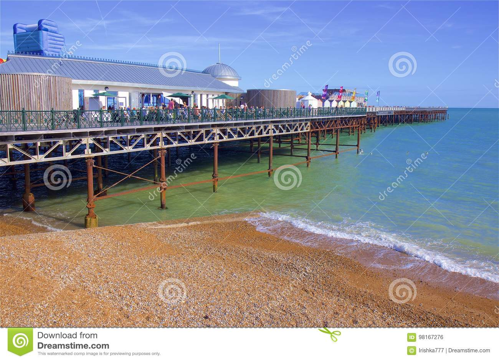 Embarcadero y playa en Hastings, Reino Unido