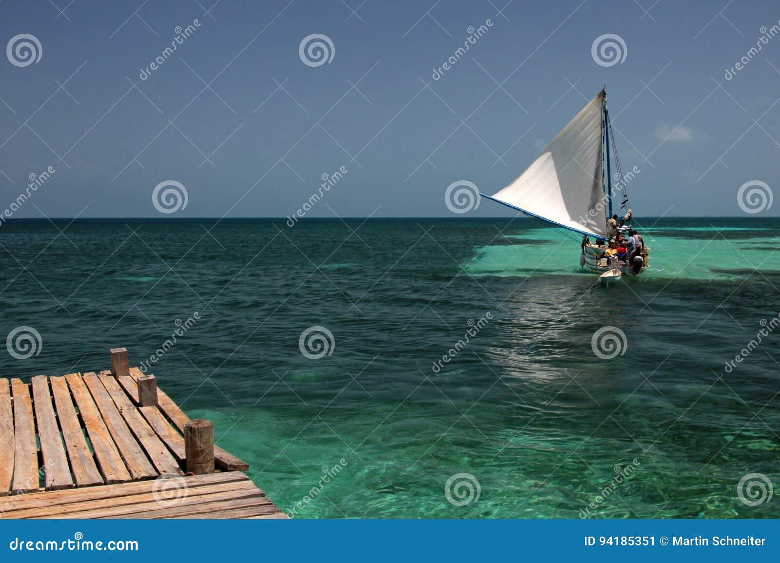 Embarcadero y velero de madera, tabaco Caye, Belice