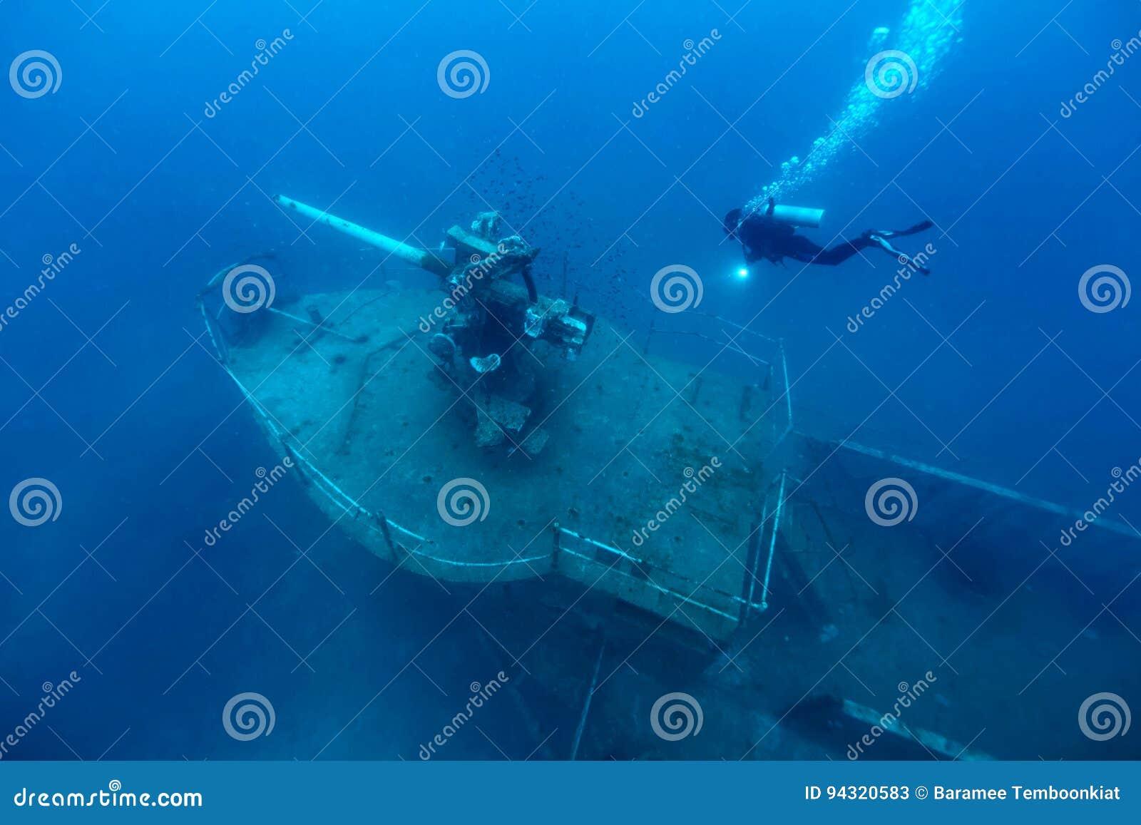 Embarquez l épave en mer tropicale, tour de canon d un bateau submergé avec s