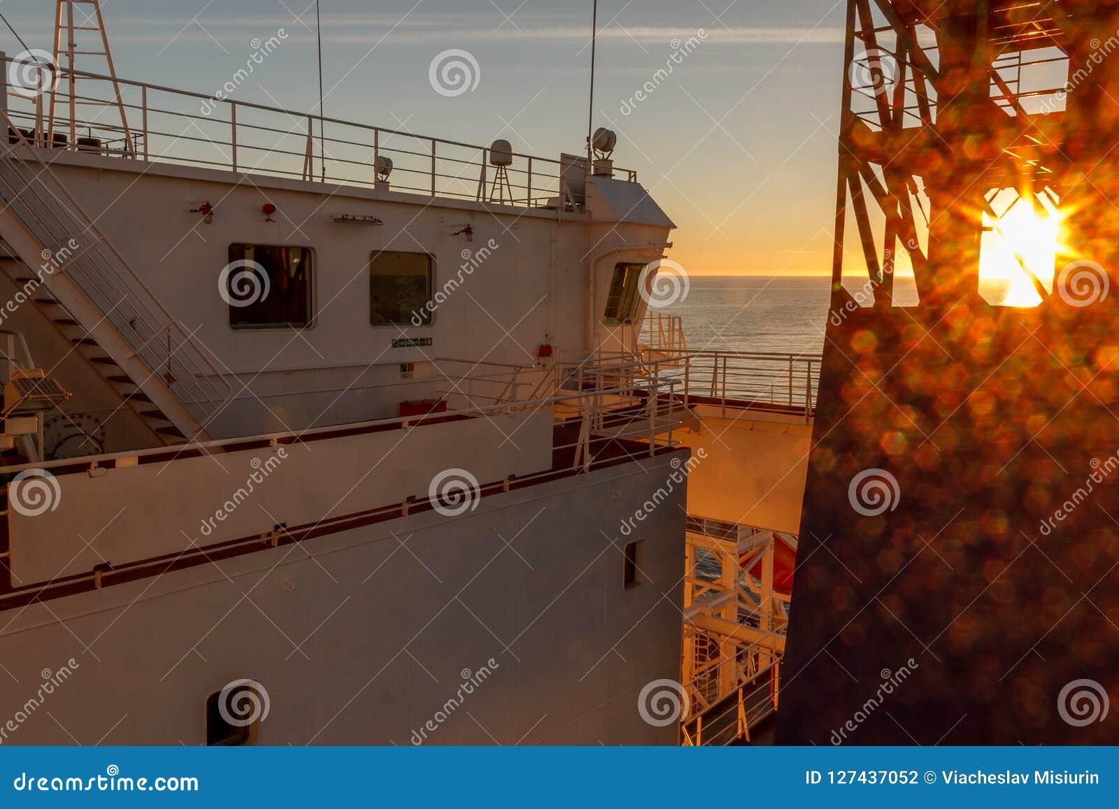 Embarquez la superstructure blanche du ` s et la vue de navigation de pont