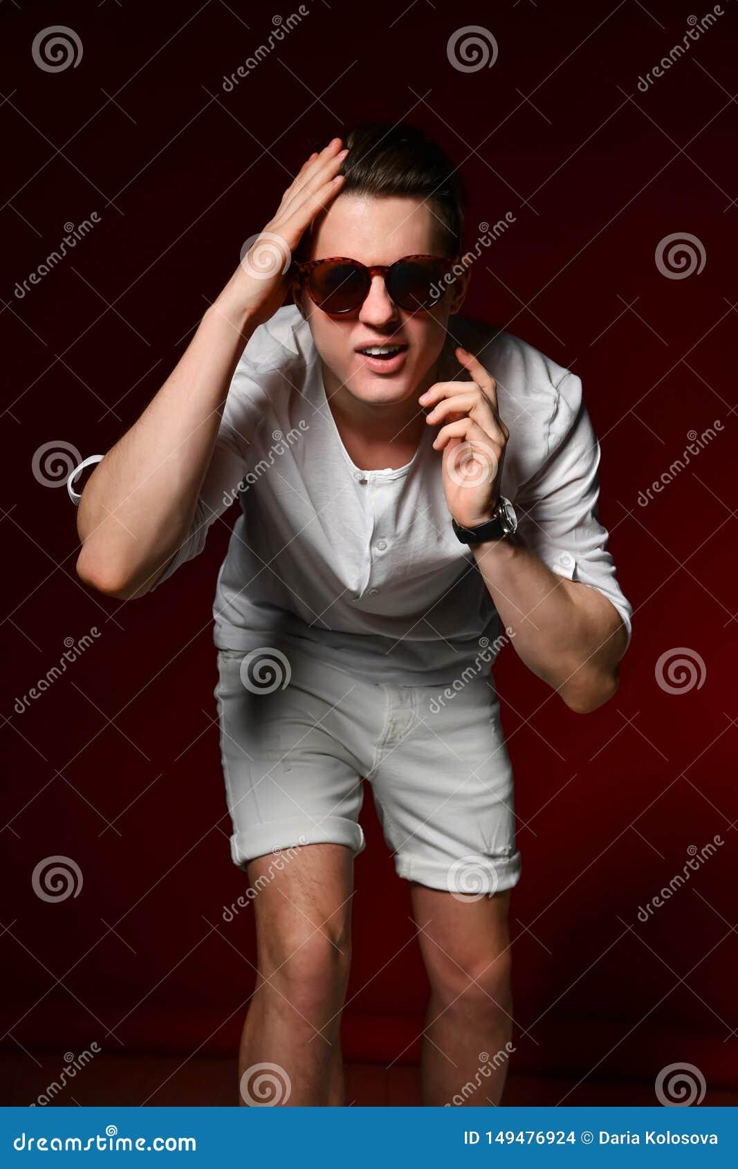 Embarrassed a choqu? le jeune ?tudiant caucasien ?motif tenant sa t?te et examinant le cadre