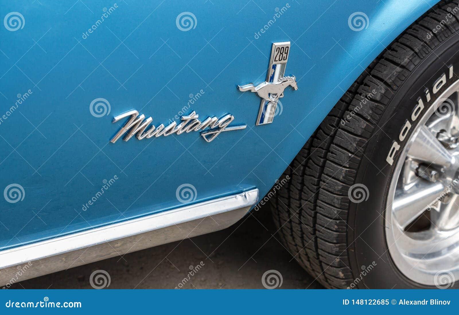 Emblem på den retro bilen Ford Mustang