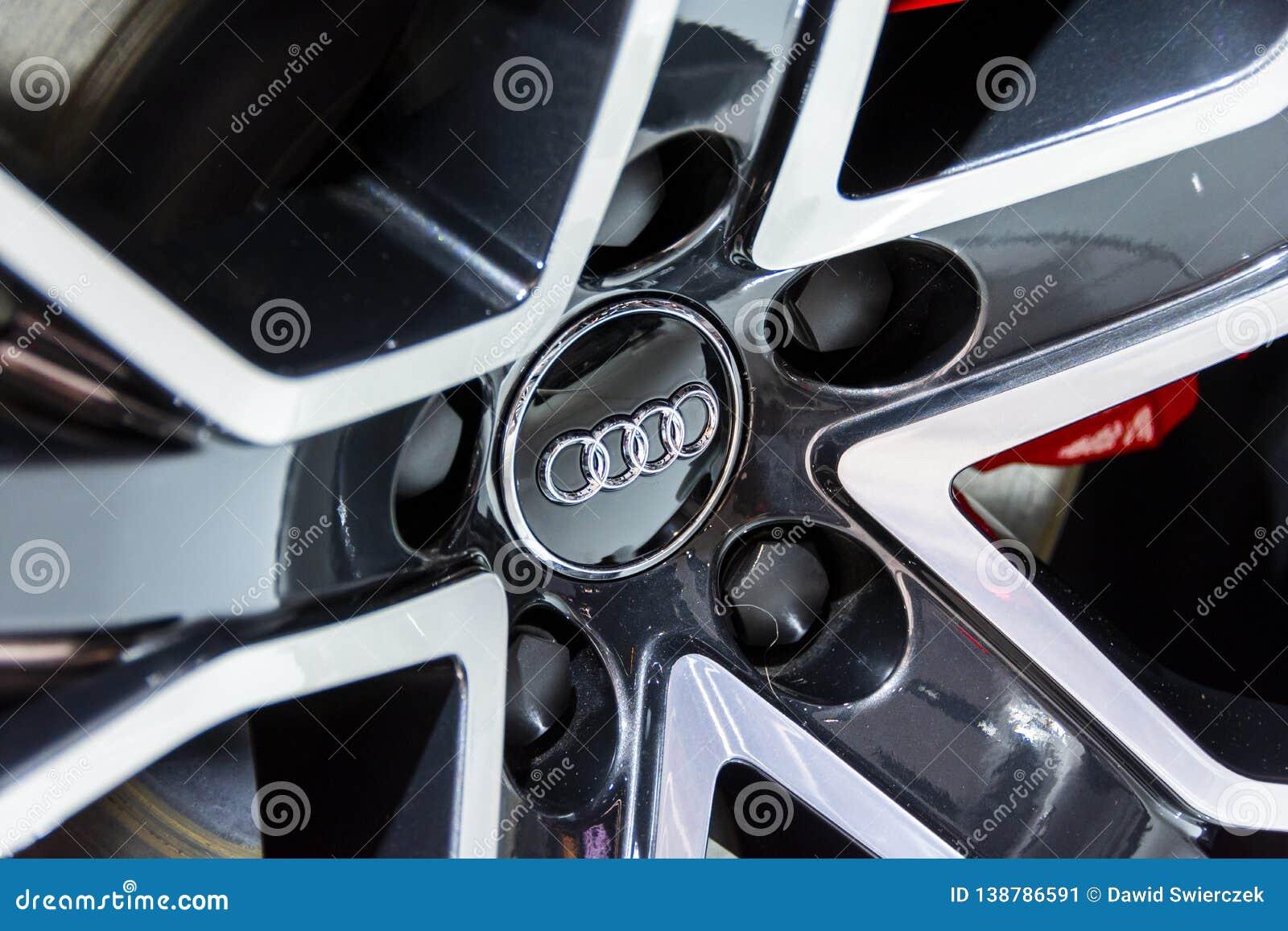 Emblema de Audi en una rueda de la aleación