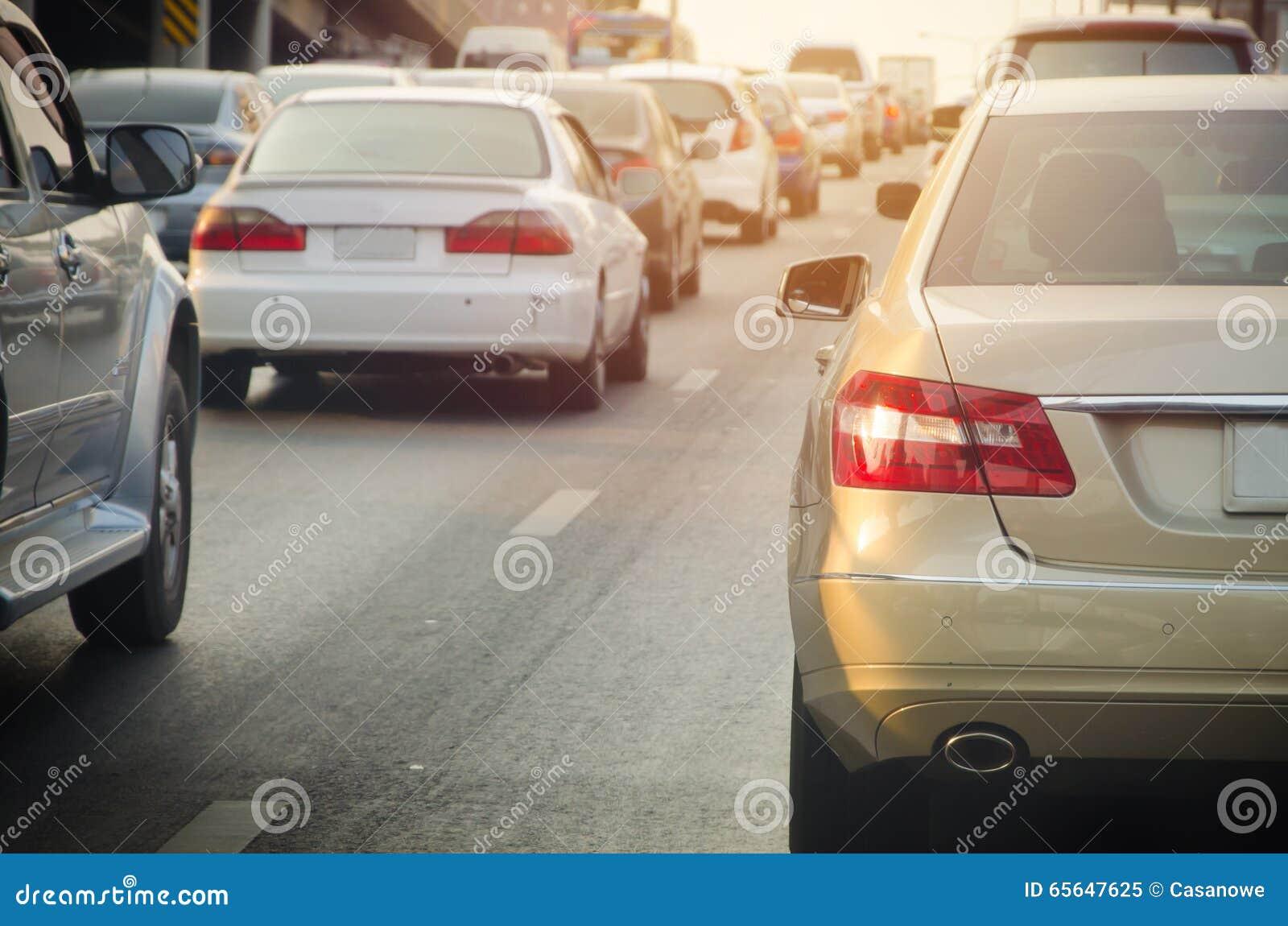 Embouteillage avec des rangées des voitures pendant l heure de pointe sur la route