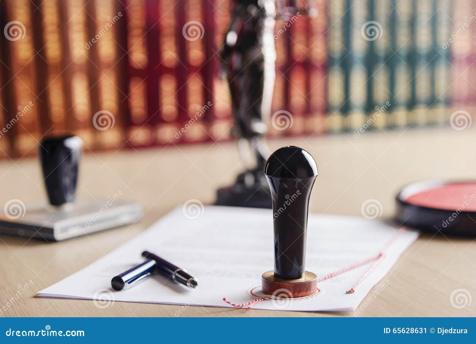 Emboutissez qui est employé par un notaire