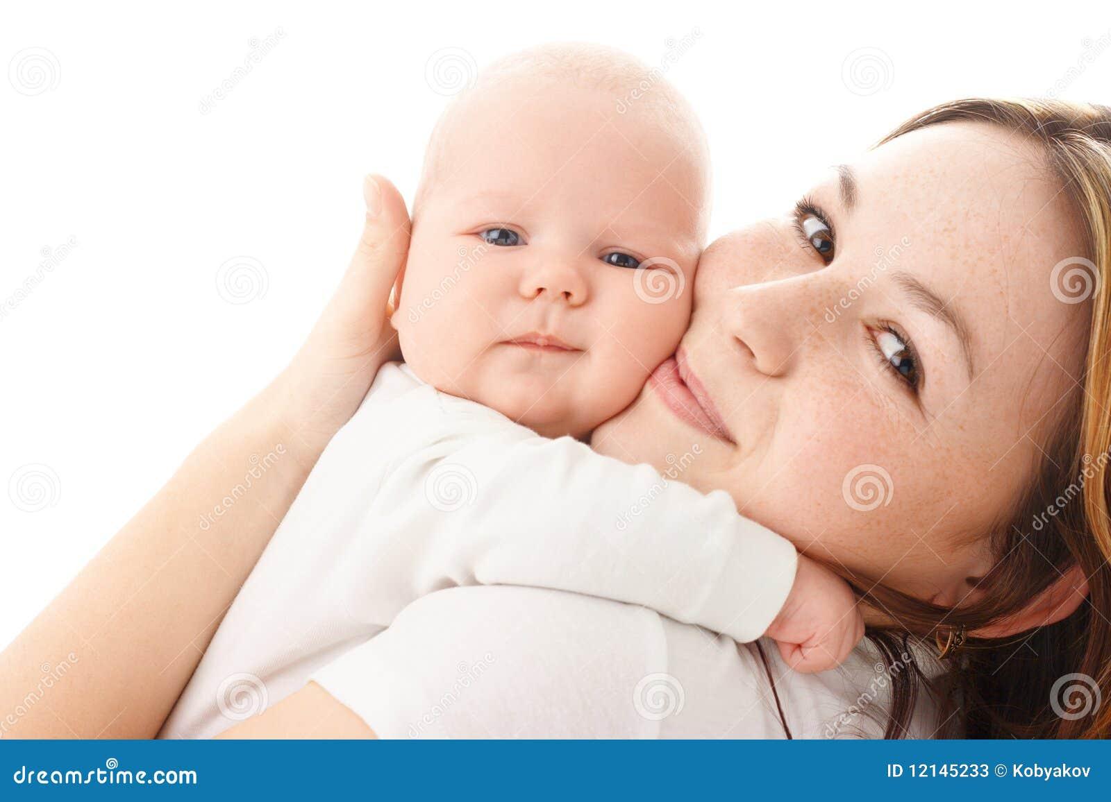 Embrace младенца милый его маленькая мать