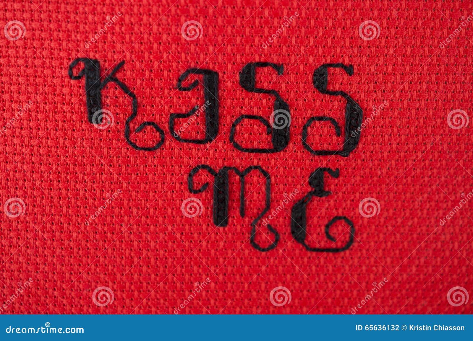 Embrassez-moi croisé piqué sur le rouge