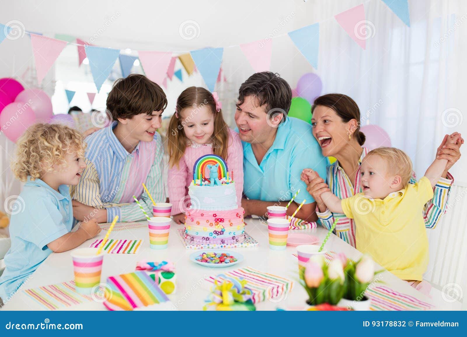 Embroma la fiesta de cumpleaños Celebración de familia con la torta