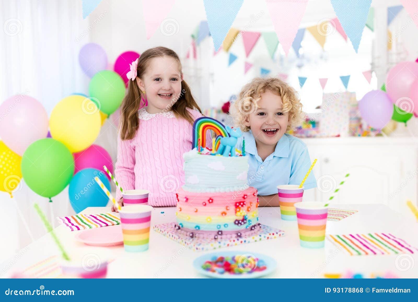 Embroma la fiesta de cumpleaños con la torta