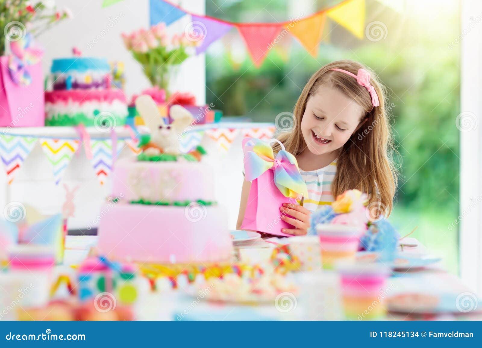 Embroma la fiesta de cumpleaños Niño con la torta y los presentes