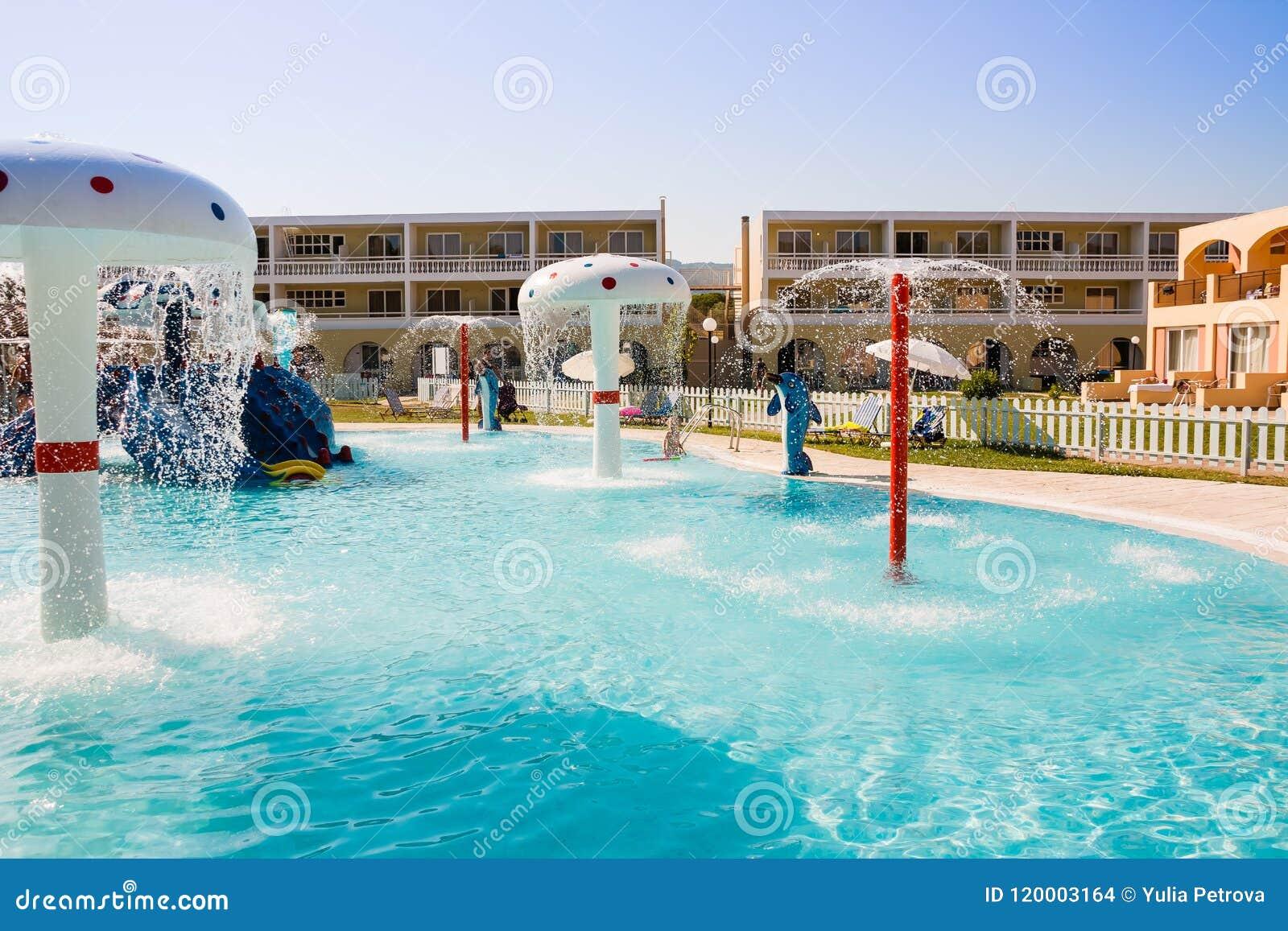 Embroma la piscina en el hotel, piscina al aire libre, parque del agua, diversión de las vacaciones en el hotel, atracción del ag