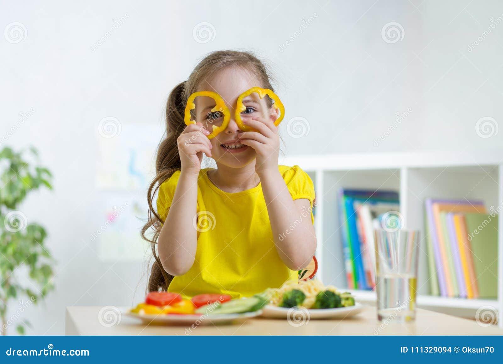 Embrome la consumición de la comida sana en guardería u hogar