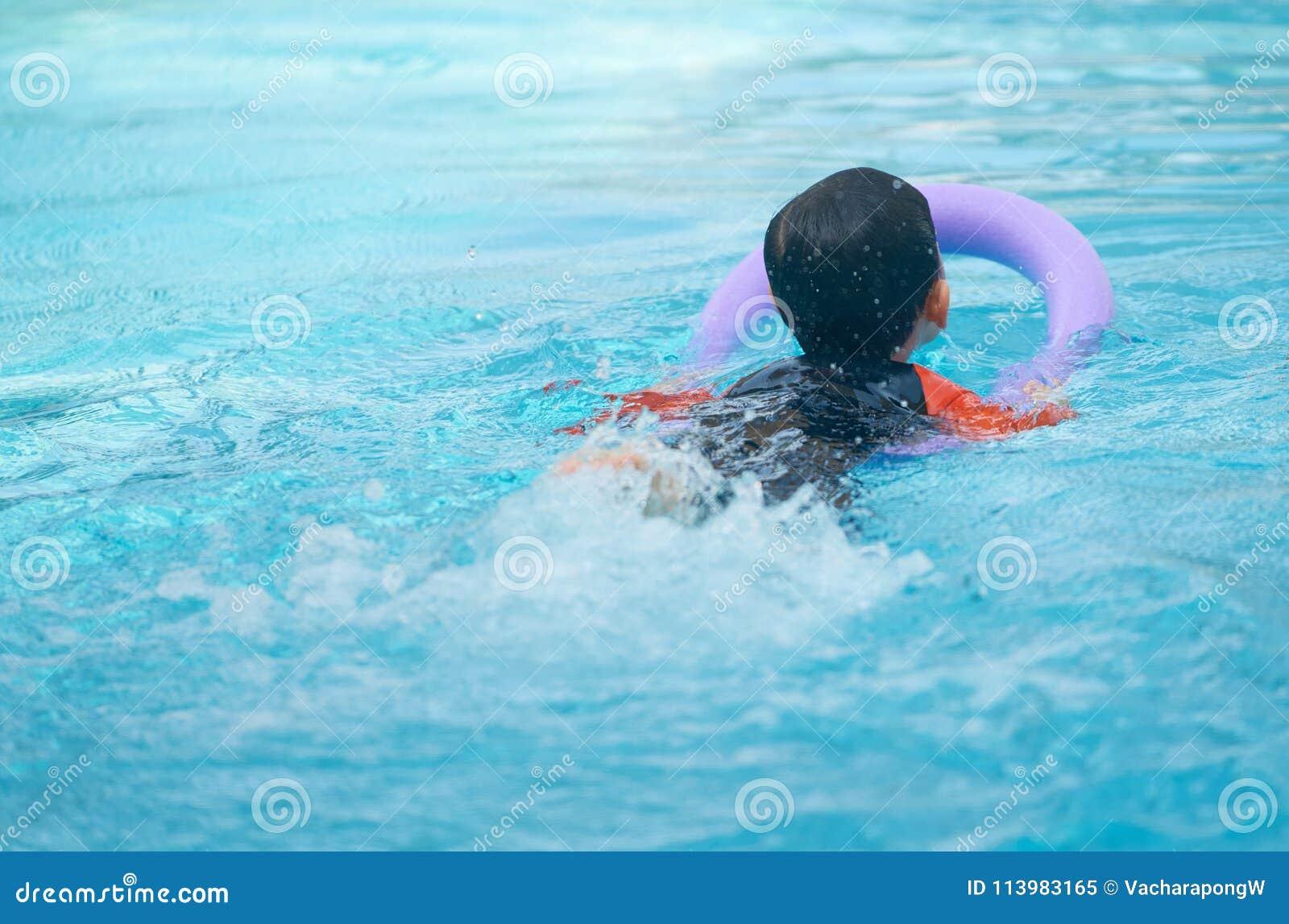 Embrome la nadada con los tallarines de la espuma para aprender la clase de la natación en el agua p