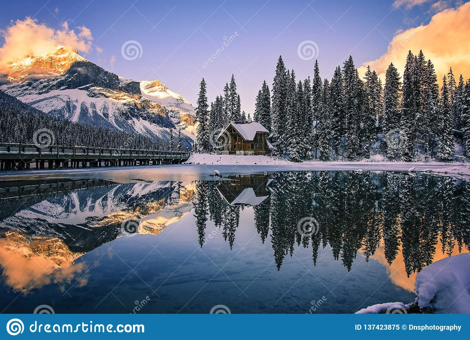 Emerald Lake Lodge på solnedgången, British Columbia, Kanada