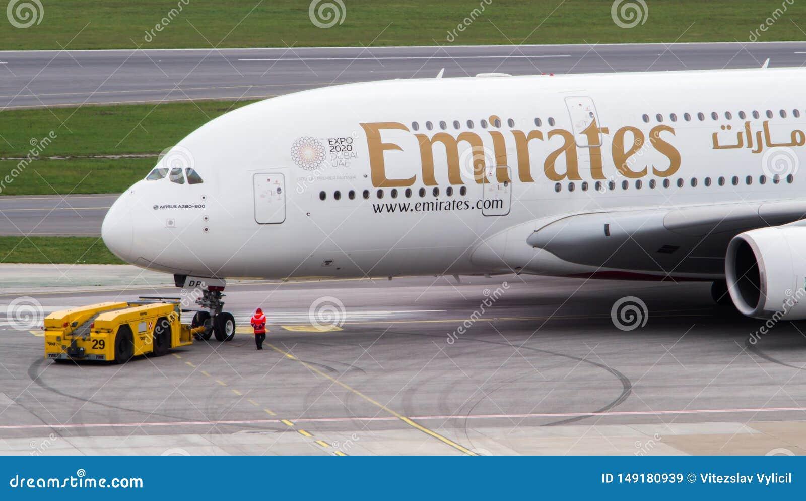 Emirate A380, die zur?ck zu der Rollbahn gedr?ckt werden