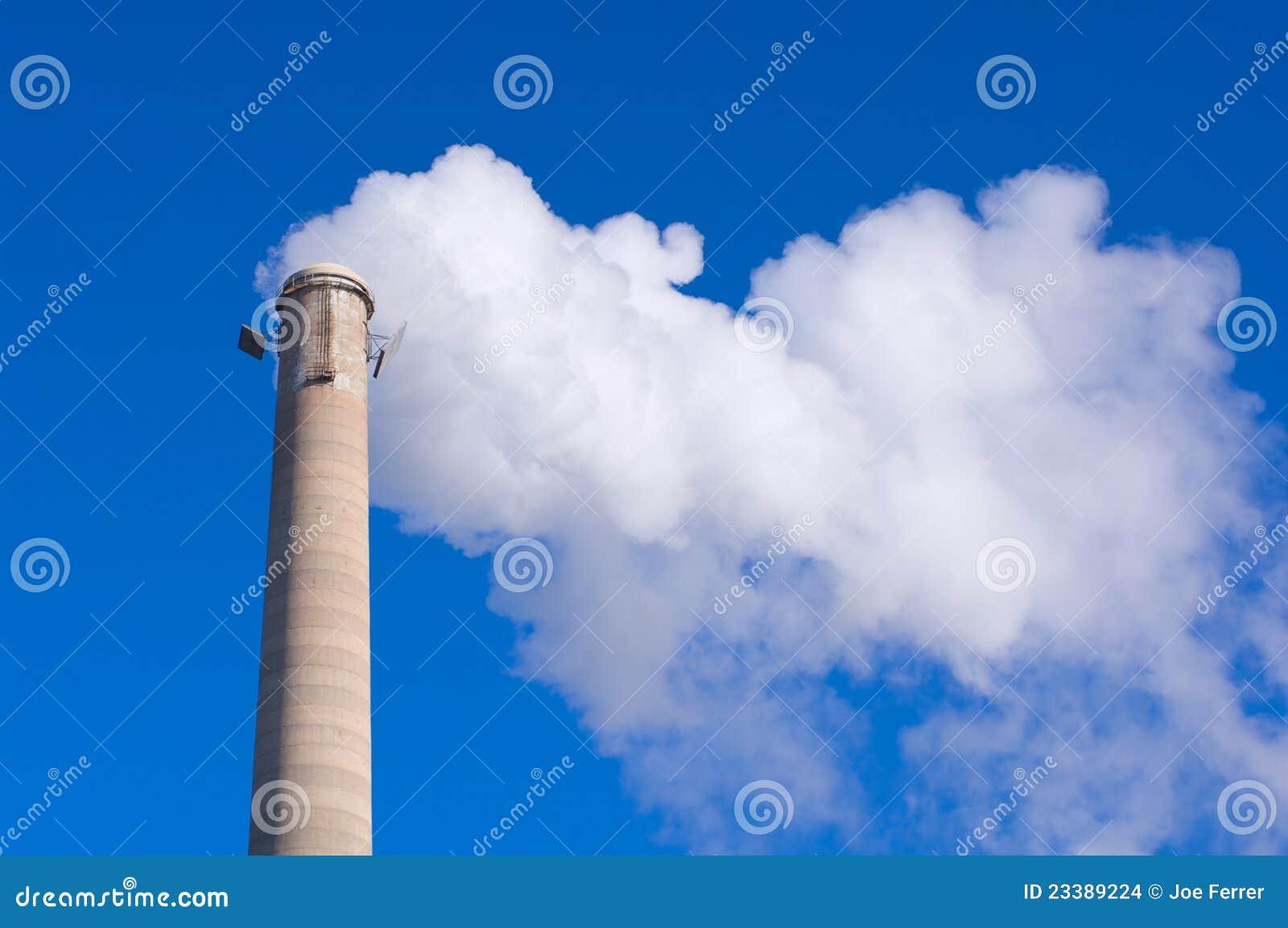 Emisiones de la chimenea y de gas contra el cielo azul - Chimenea de gas precio ...