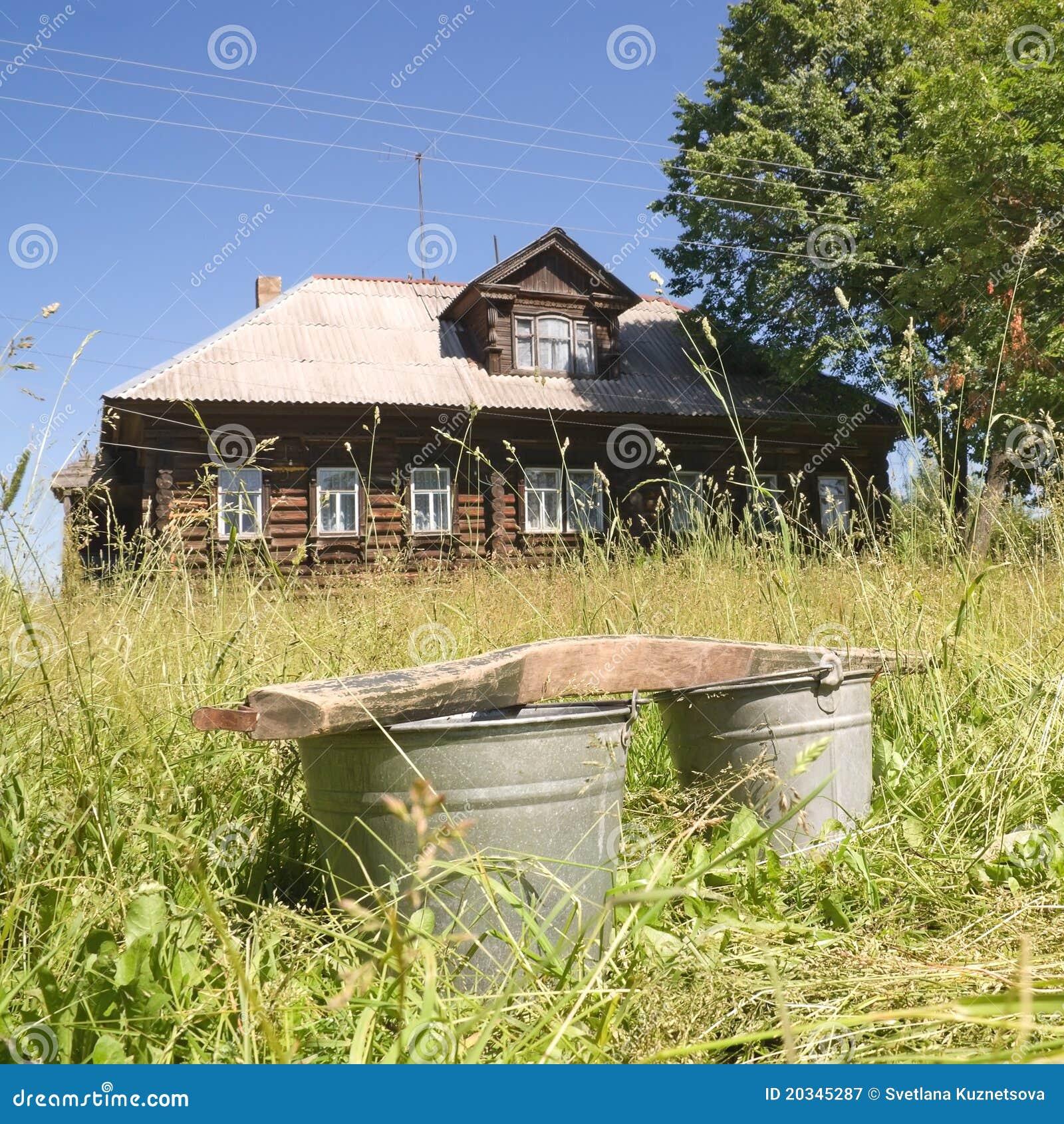 Emmers op de achtergrond van een dorpshuis