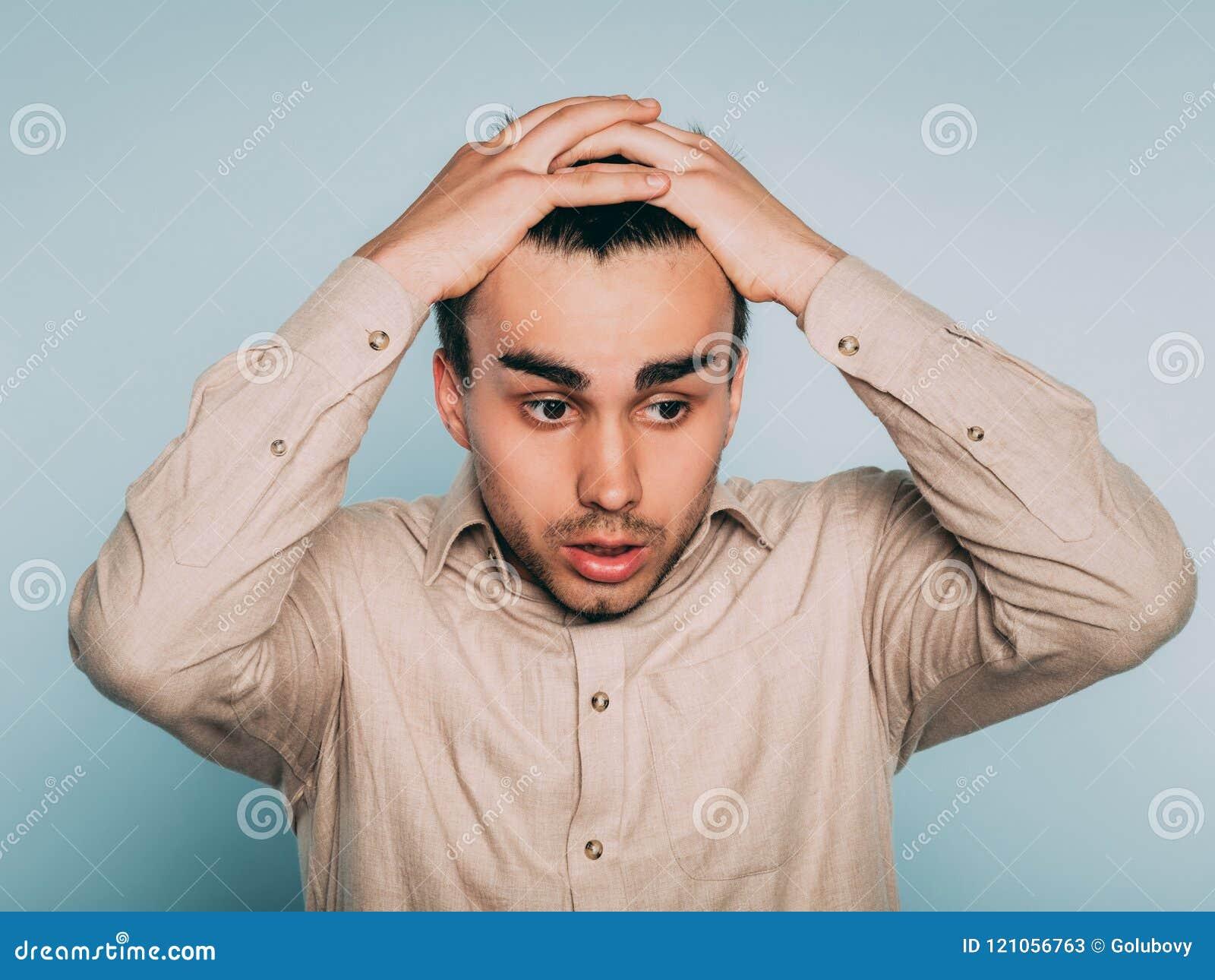 Emoción asustada asustada preocupante triste del pelo del tirón del hombre hacia fuera