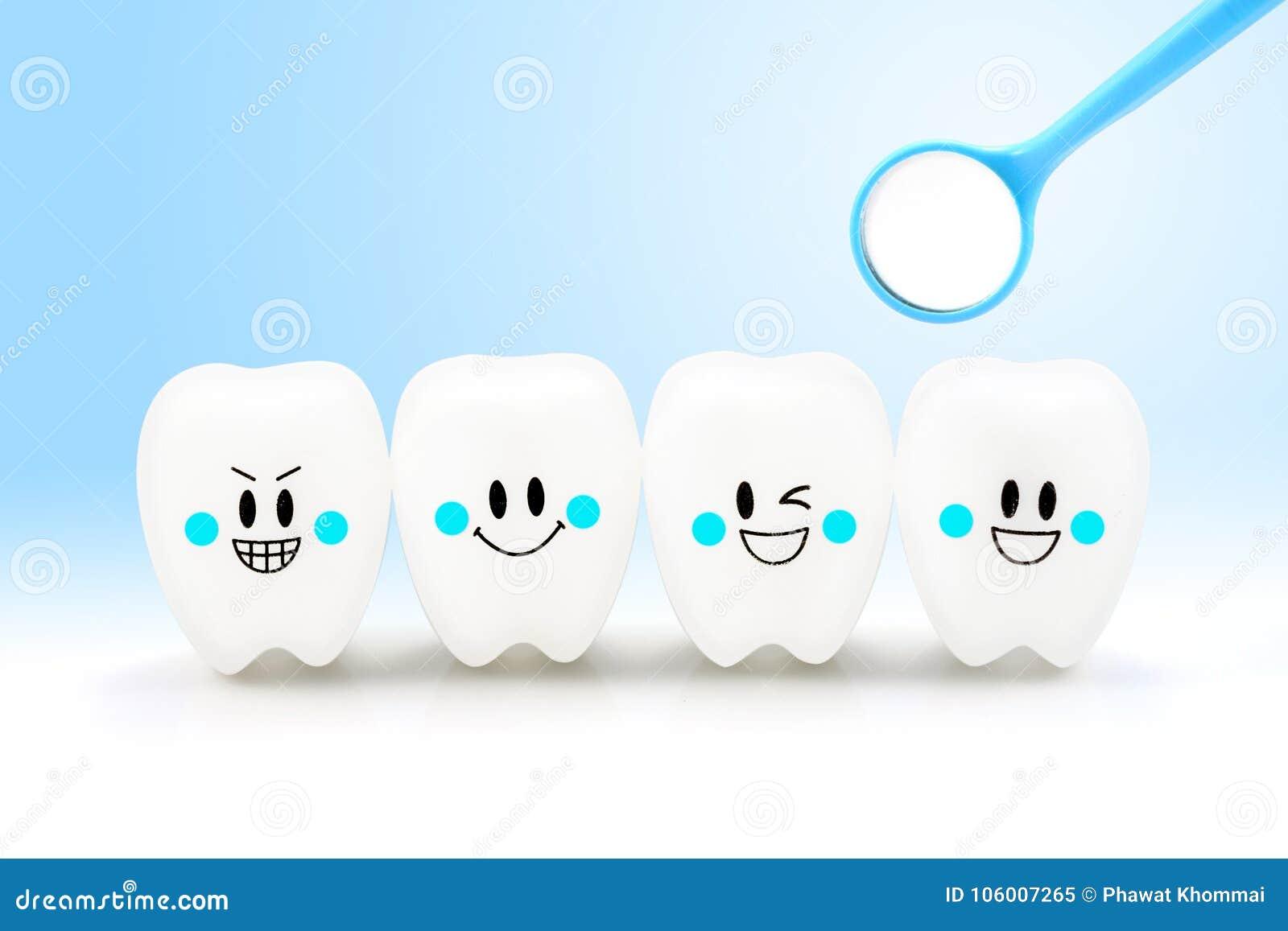 Emoción de la sonrisa de los dientes con la herramienta dental del espejo