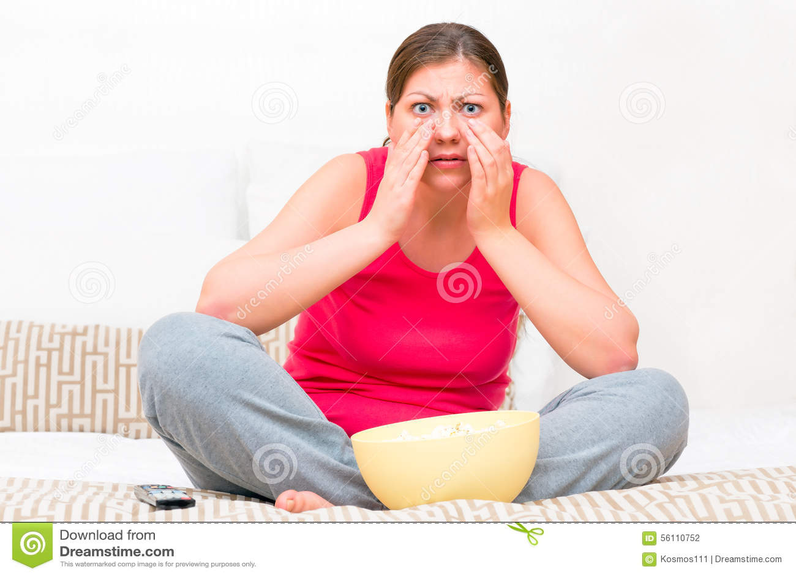 Emocjonalna kobieta ogląda horror