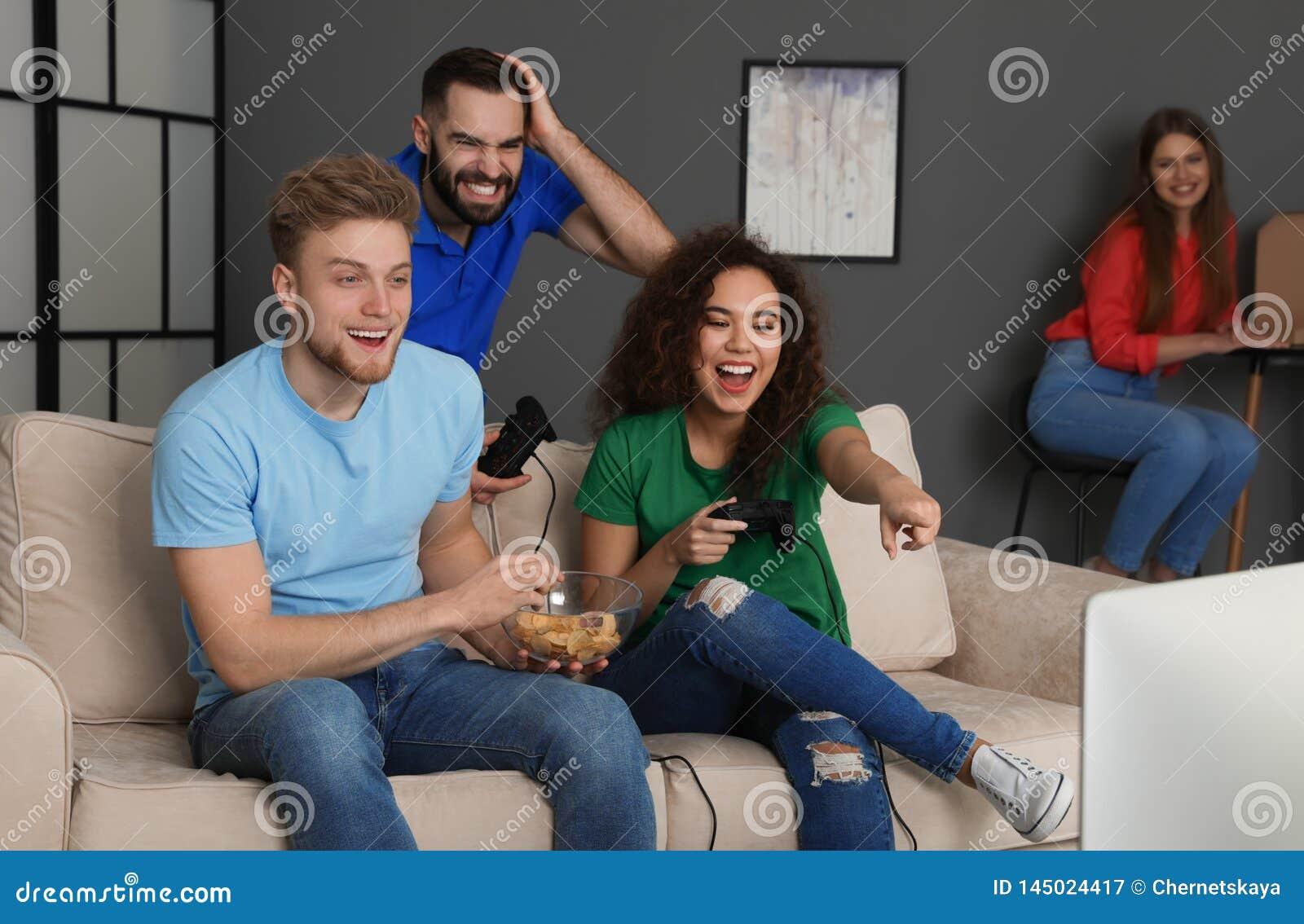Emocjonalni przyjaciele bawi? si? gra wideo