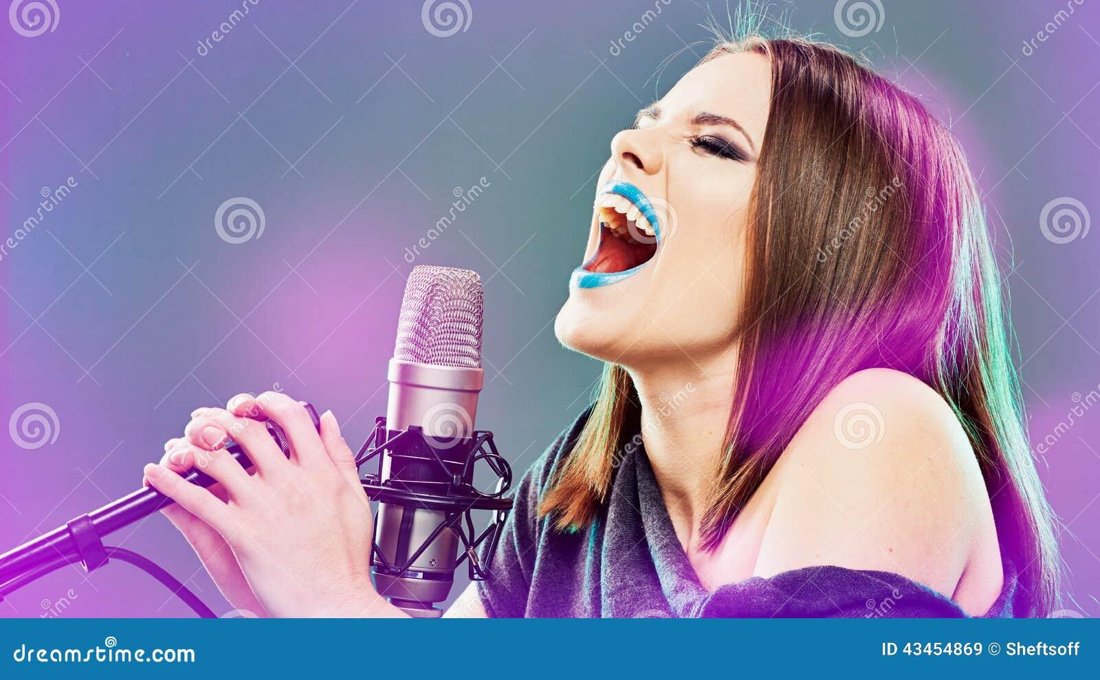 Emocjonalny piosenkarz młode kobiety