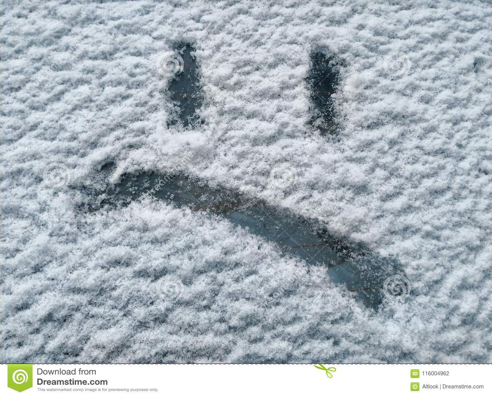 Emoji ha dipinto sulla neve: triste, arrabbiato