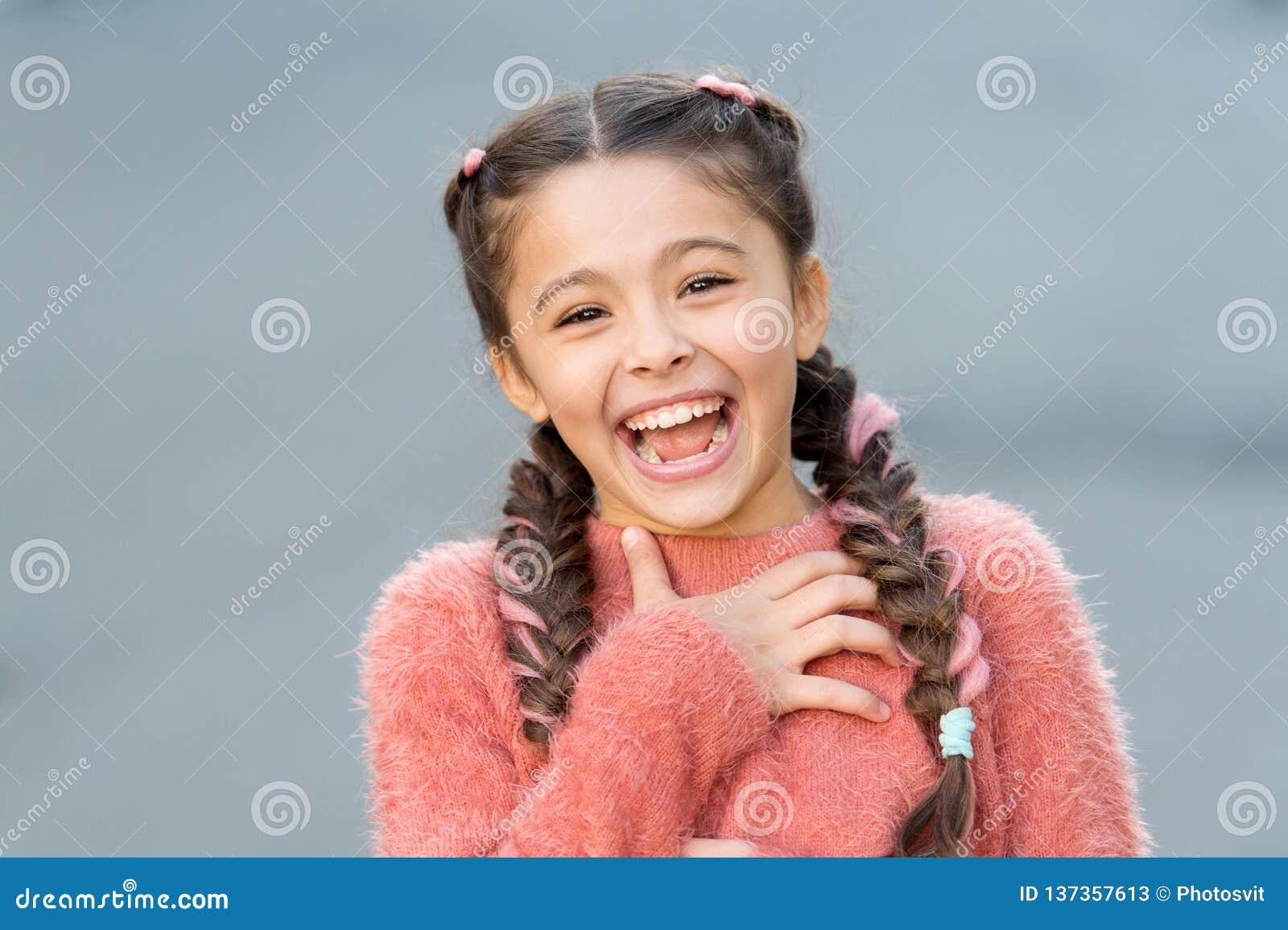 Emotiesconcept Bijna het gestorven lachen Het humeur en reageert grappig verhaal Kinderjaren en gelukconcept Jong geitje met vrol