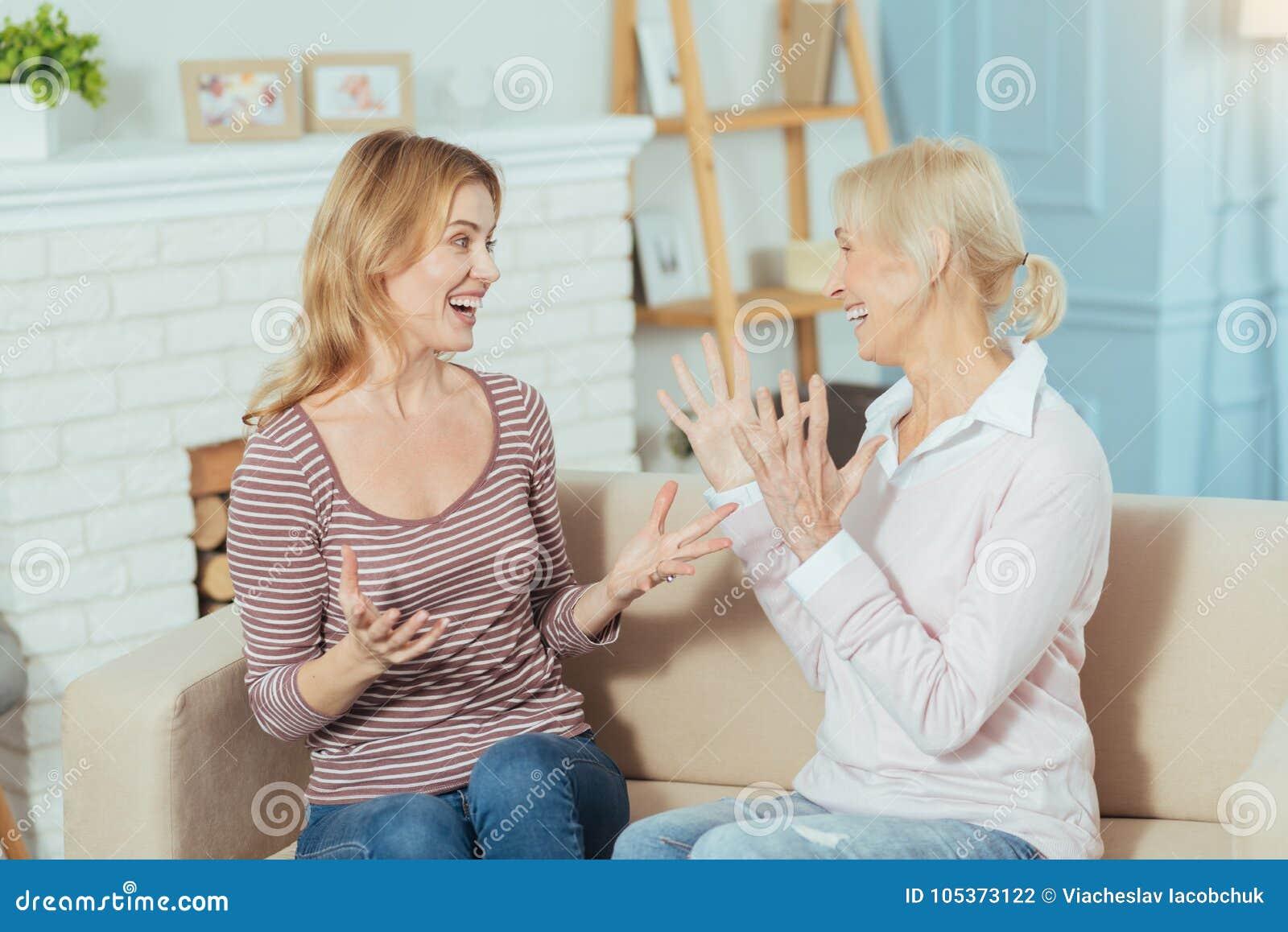 Emotionale Frauen, die gute Nachrichten teilen und aufgeregt schauen