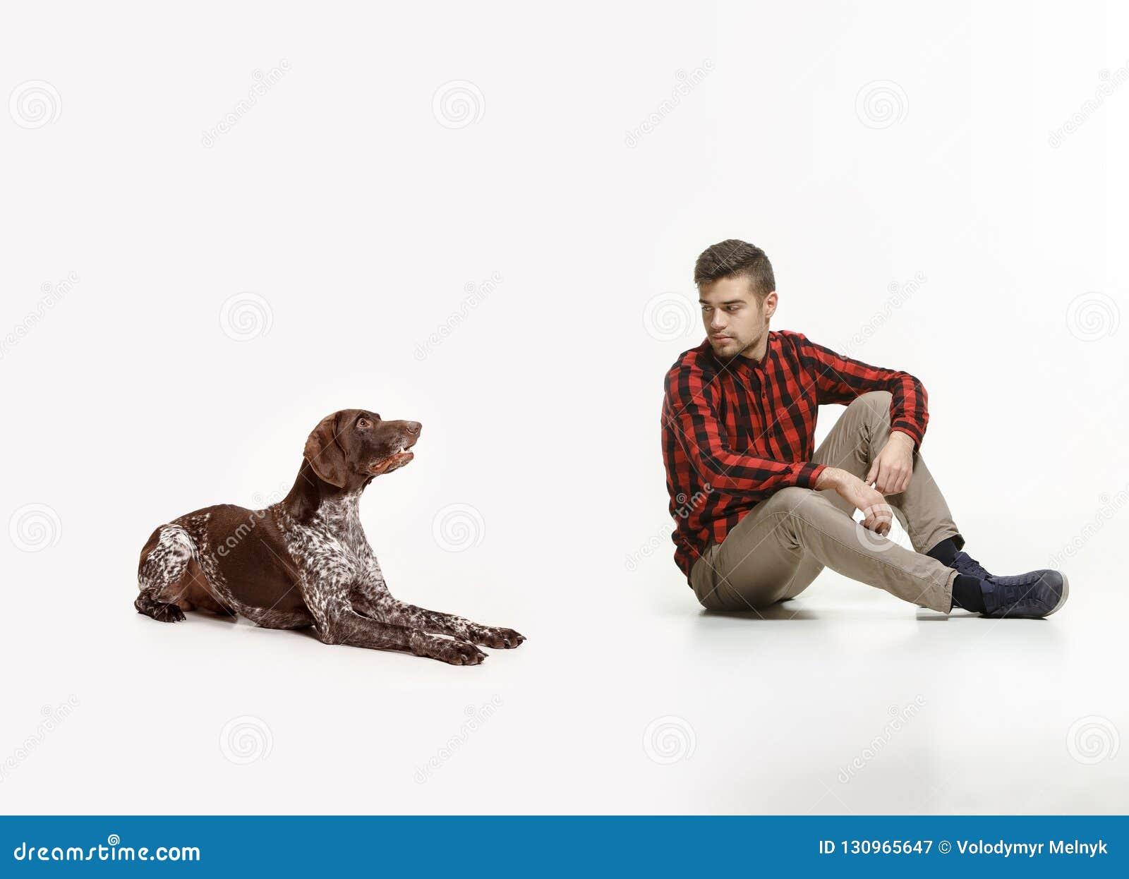 Emotionales Porträt eines Mannes und seines Hundes, Konzept der Freundschaft und Sorgfalt des Mannes und des Tieres