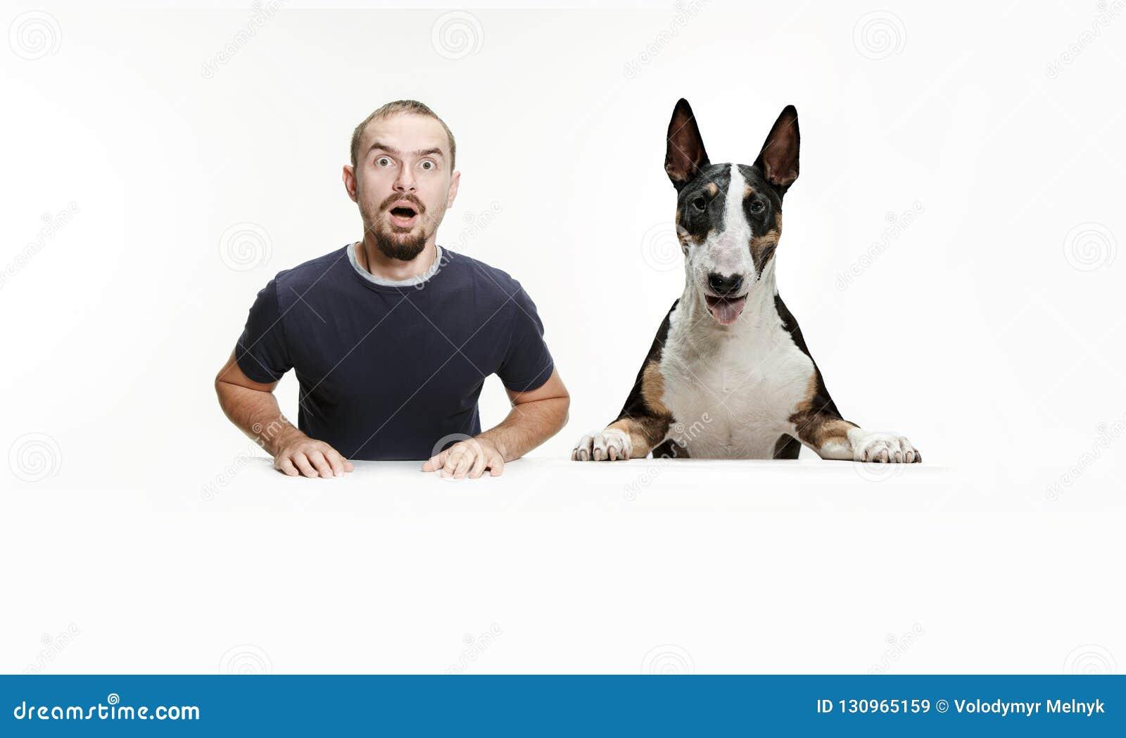 Emotionales Porträt eines Mannes und seines Schäferhundes, Konzept der Freundschaft und Sorgfalt des Mannes und des Tieres
