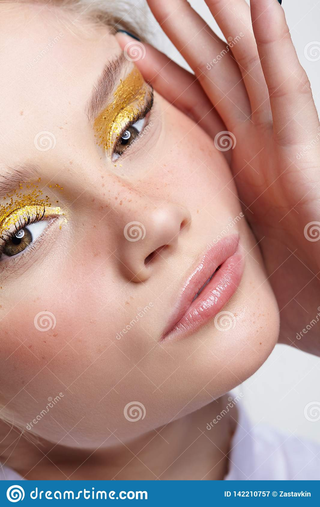 Emotionales Porträt jungen Blondine drückt Gesichtshaut zusammen