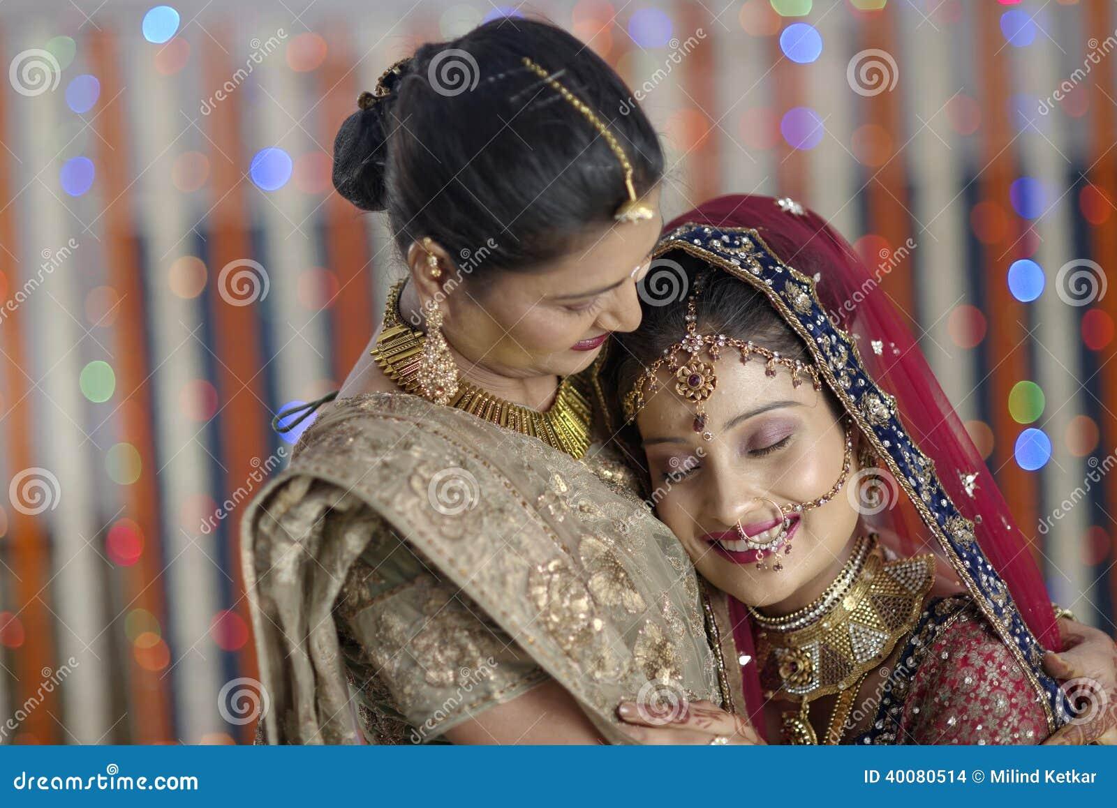 Emotionell krama moder för indisk hinduisk brud.