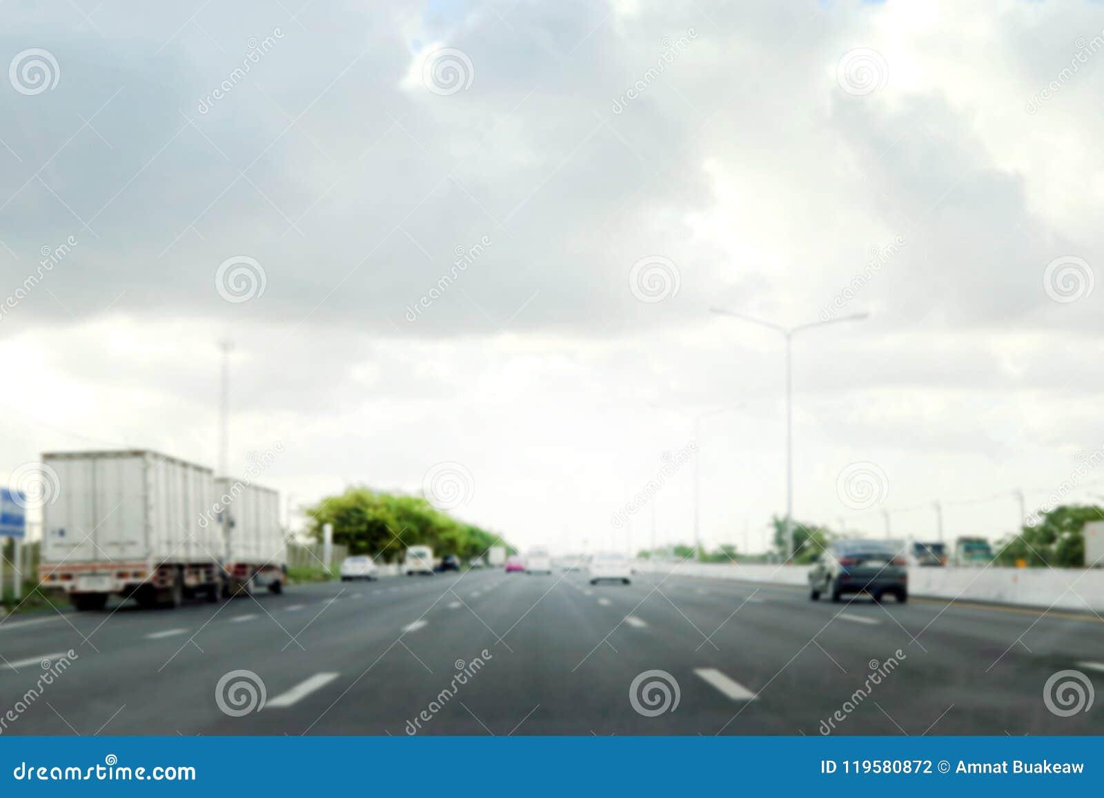 Empañe el extracto del fondo del camino de la autopista, de la carretera, de la manera de largo camino en ciudad con el coche y d