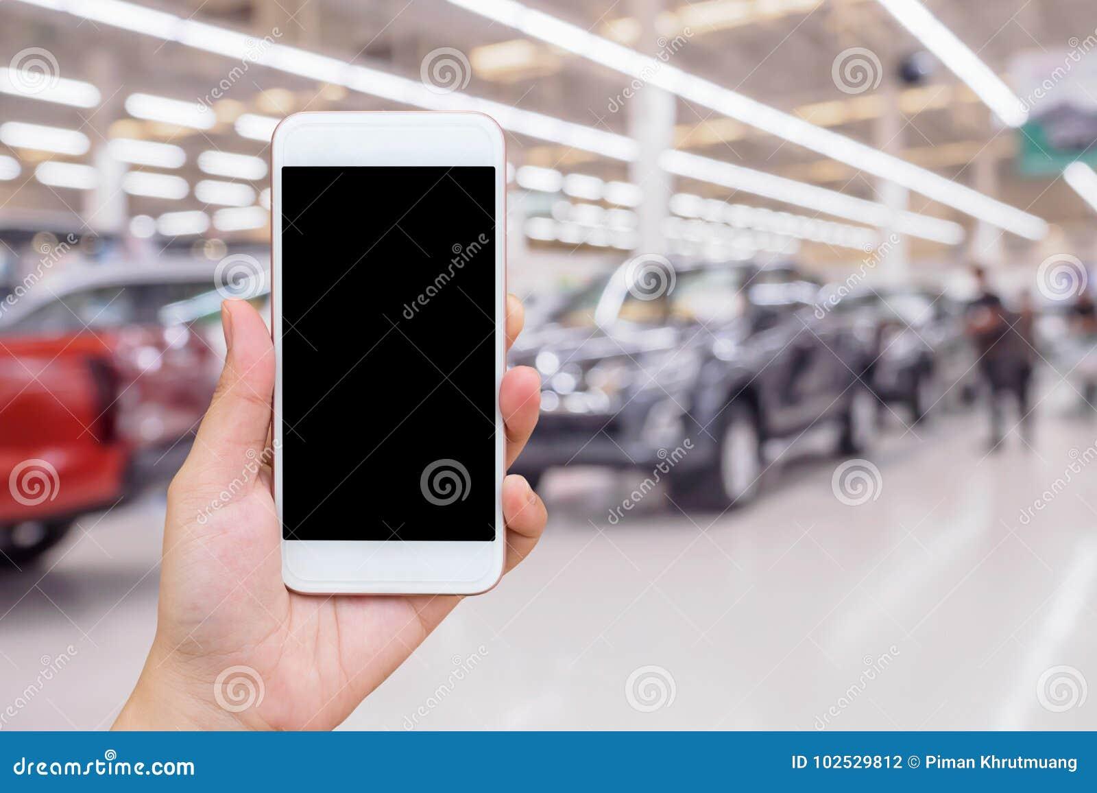 Empañe la fila del nuevo coche en la representación de la sala de exposición del coche