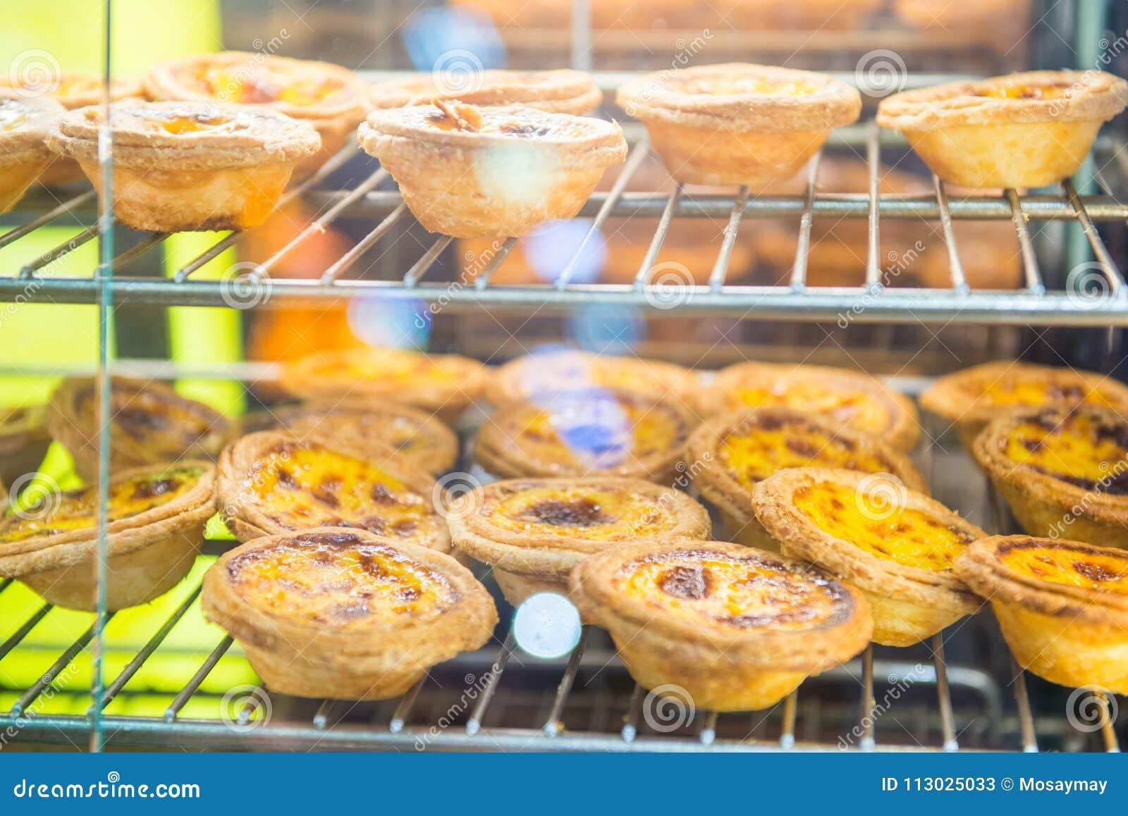 Empanada agria de las natillas del huevo dulce en los estantes para la venta