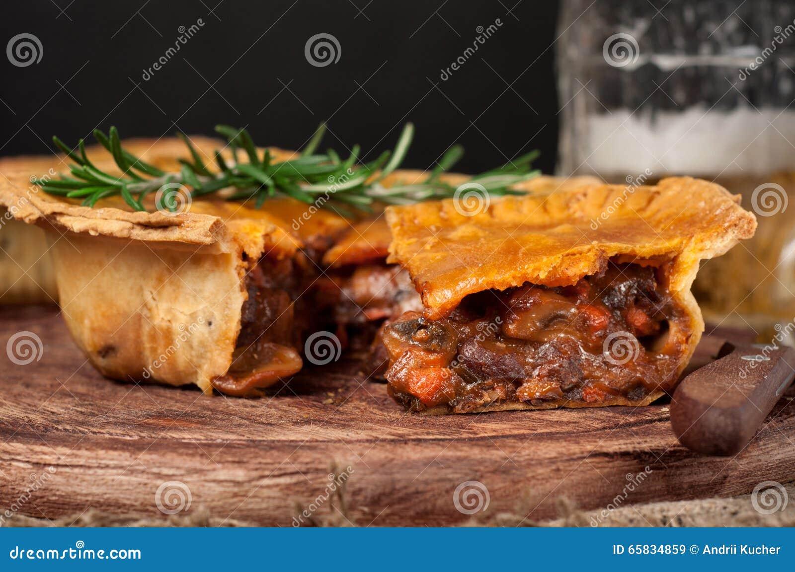 Empanada de carne australiana hecha en casa en la tabla de madera