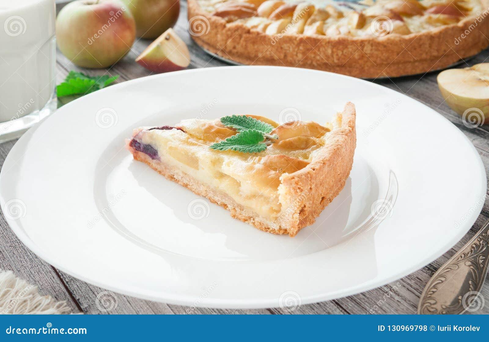Empanada de manzana tradicional con la menta