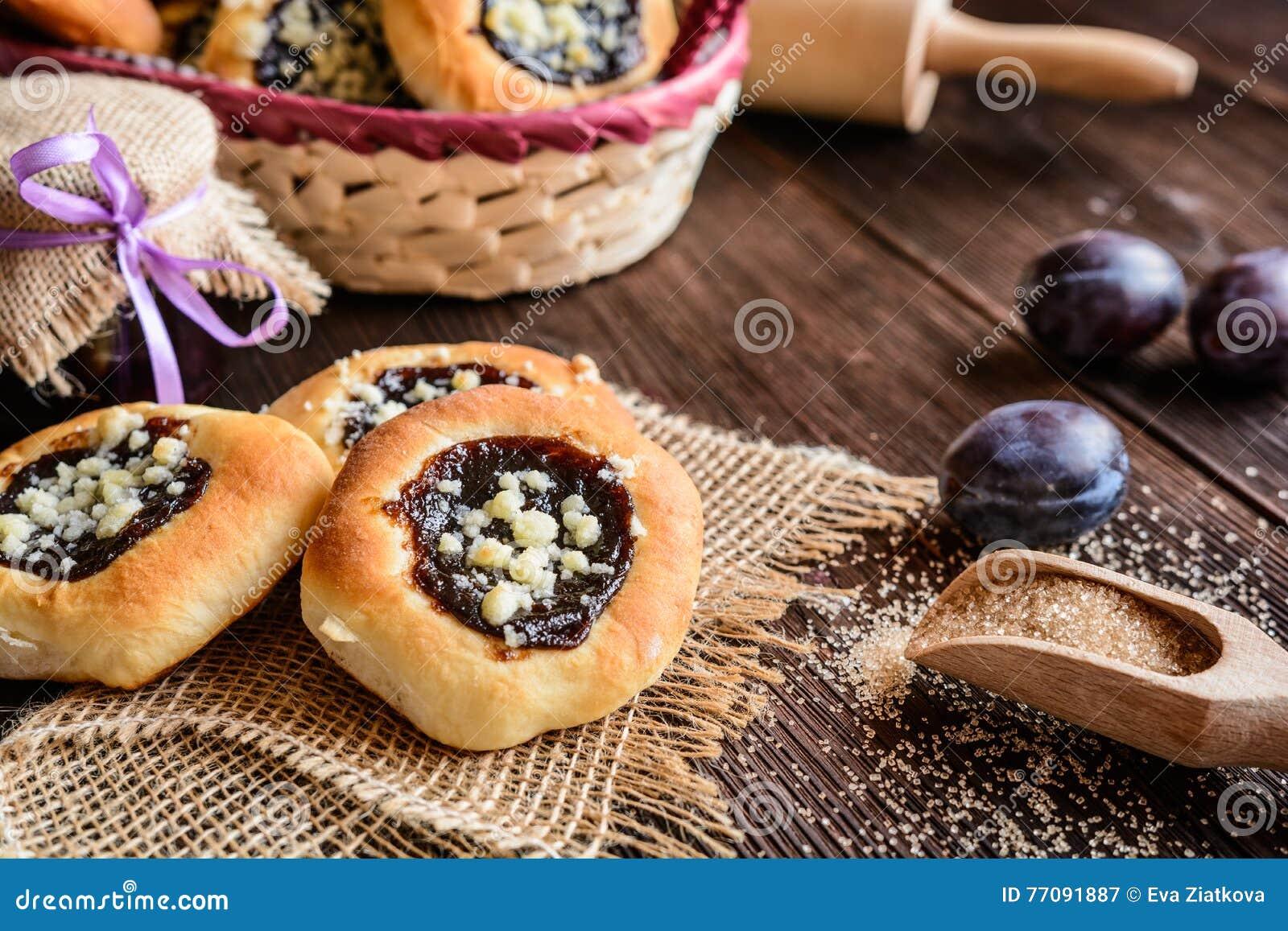Empanadas de Moravian con el atasco del ciruelo, el relleno de la cuajada y la migaja