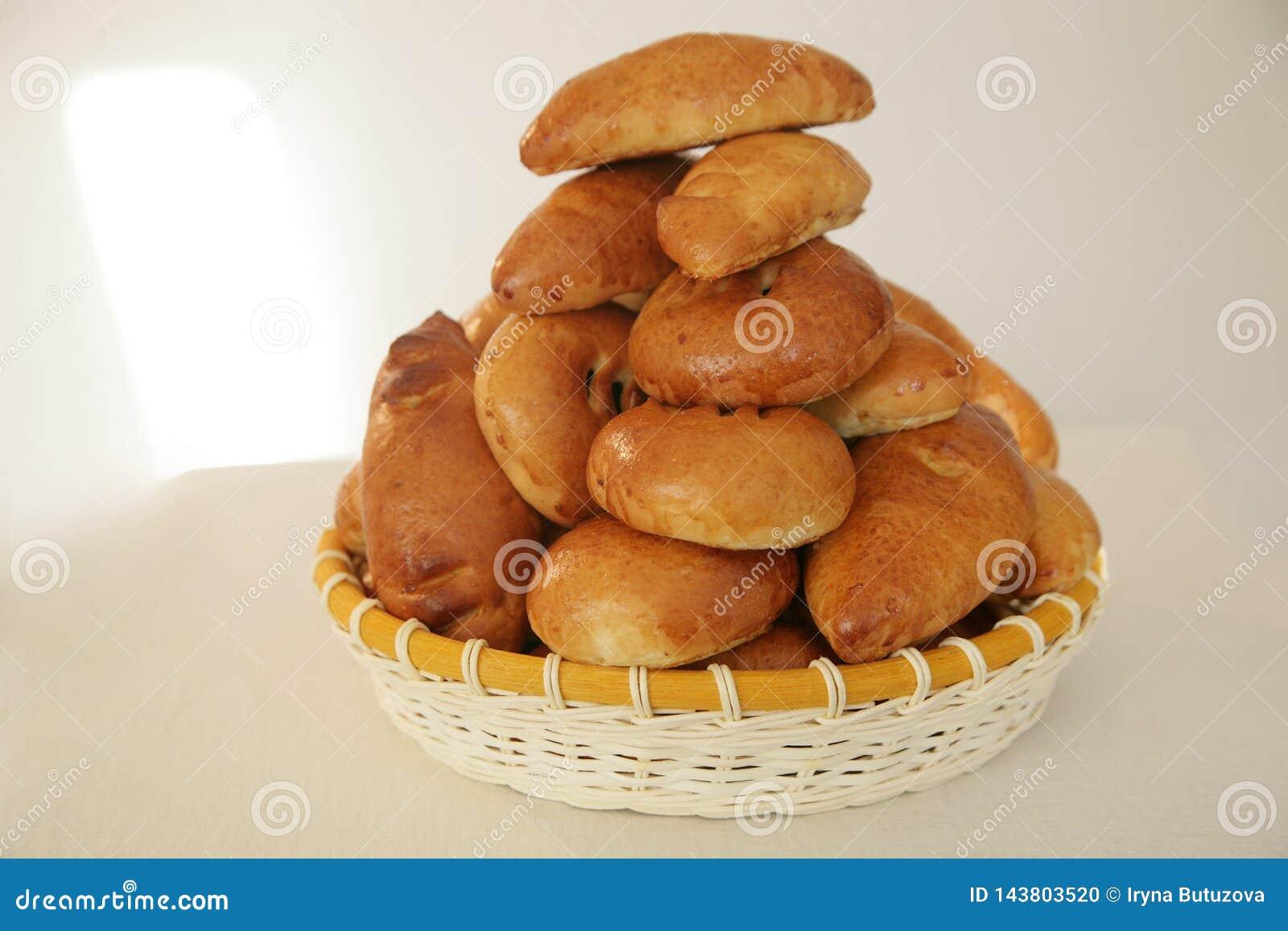 Empanadas deliciosas en la cesta