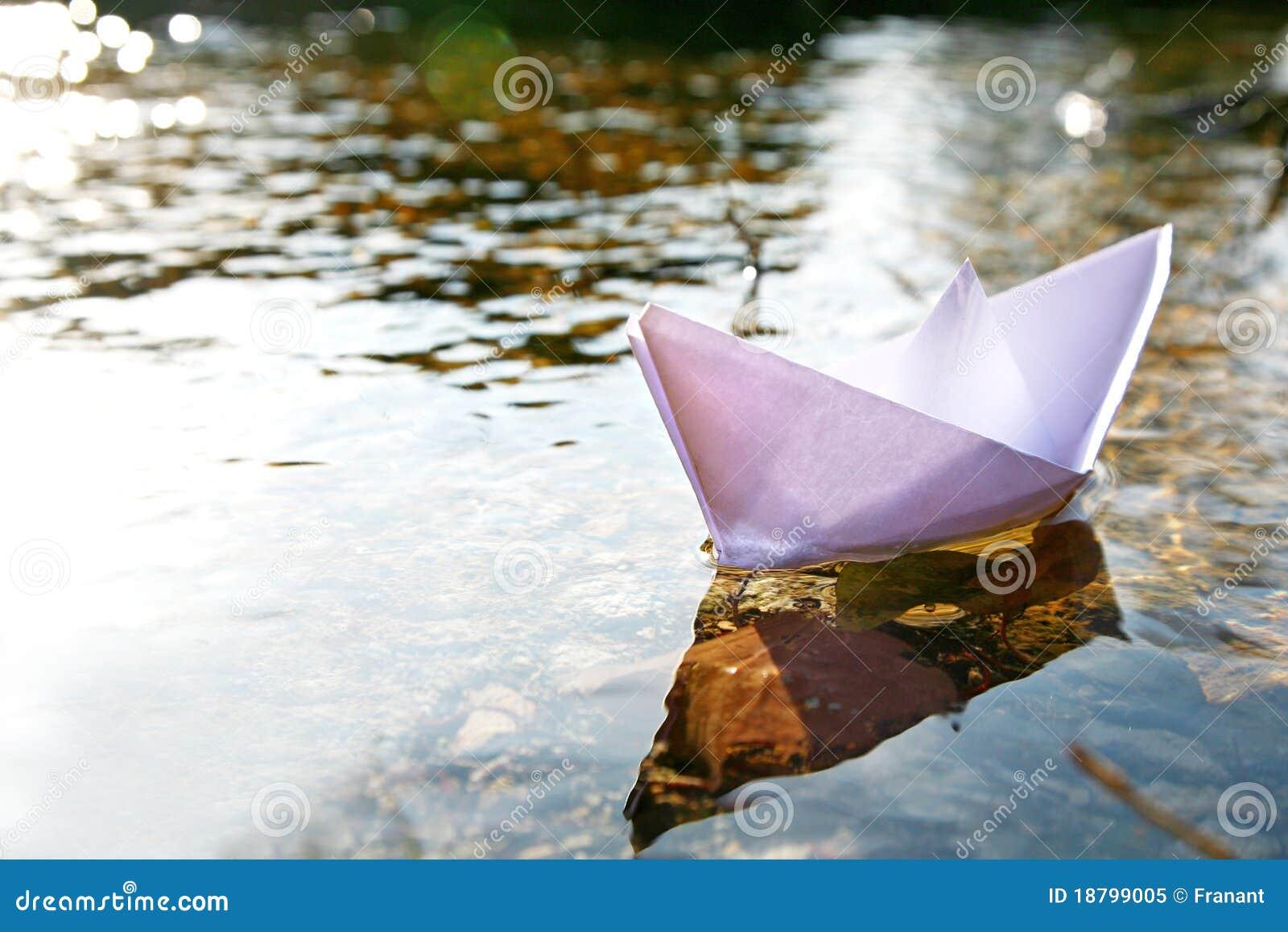 Empapele la nave en el lago