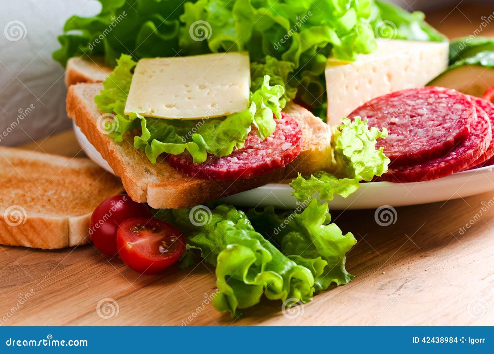 Emparedado con el salami y el queso