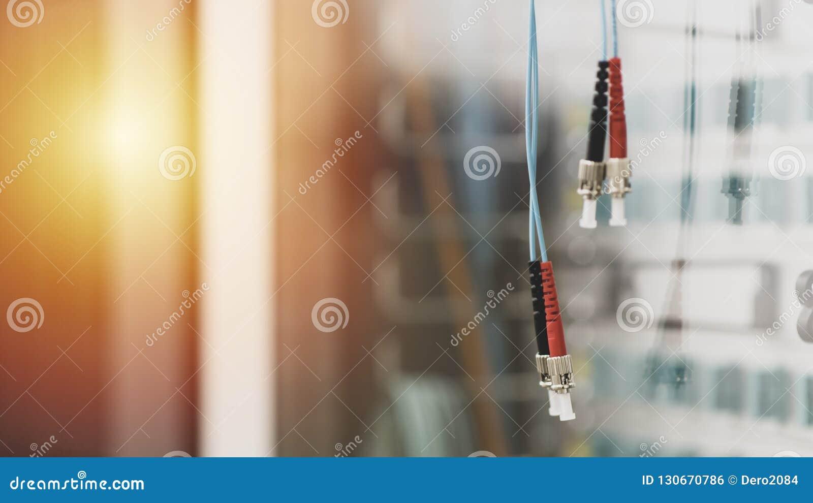 Emparelhe dos cabos de fibra ótica com o tipo conectores de FC na sala do servidor, na tecnologia e na linha de dados Fundo da TI