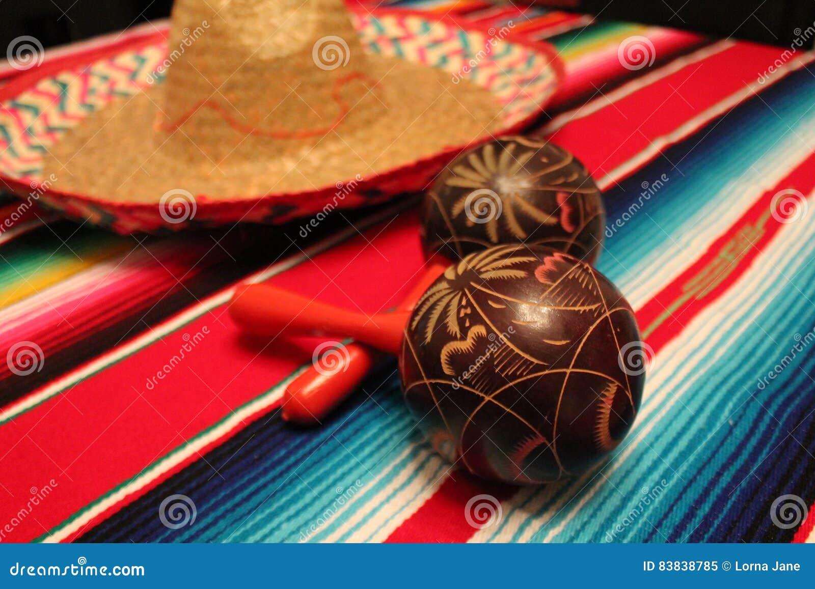 Empavesado de la decoración de Mayo del cinco de la fiesta del fondo de los maracas del sombrero del poncho de México