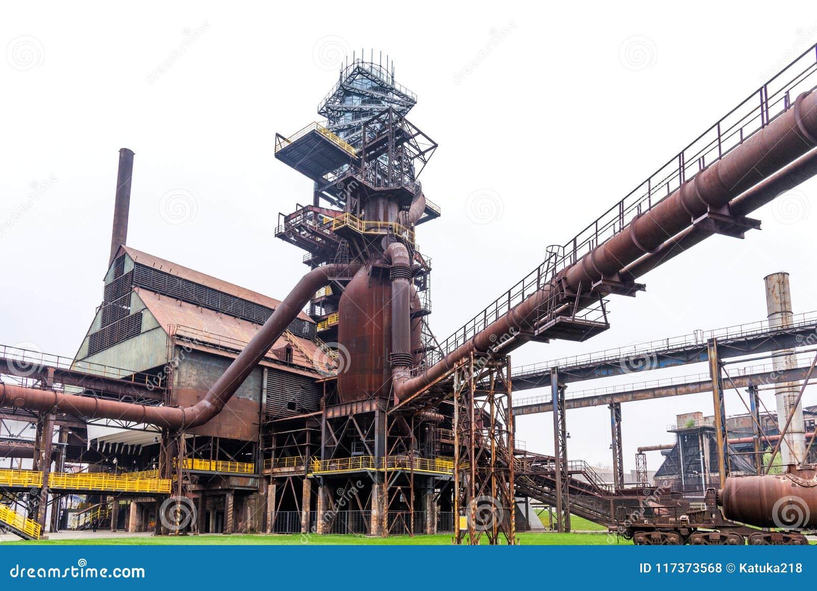 Emperne la torre y el horno en Vitkovice en Ostrava, República Checa
